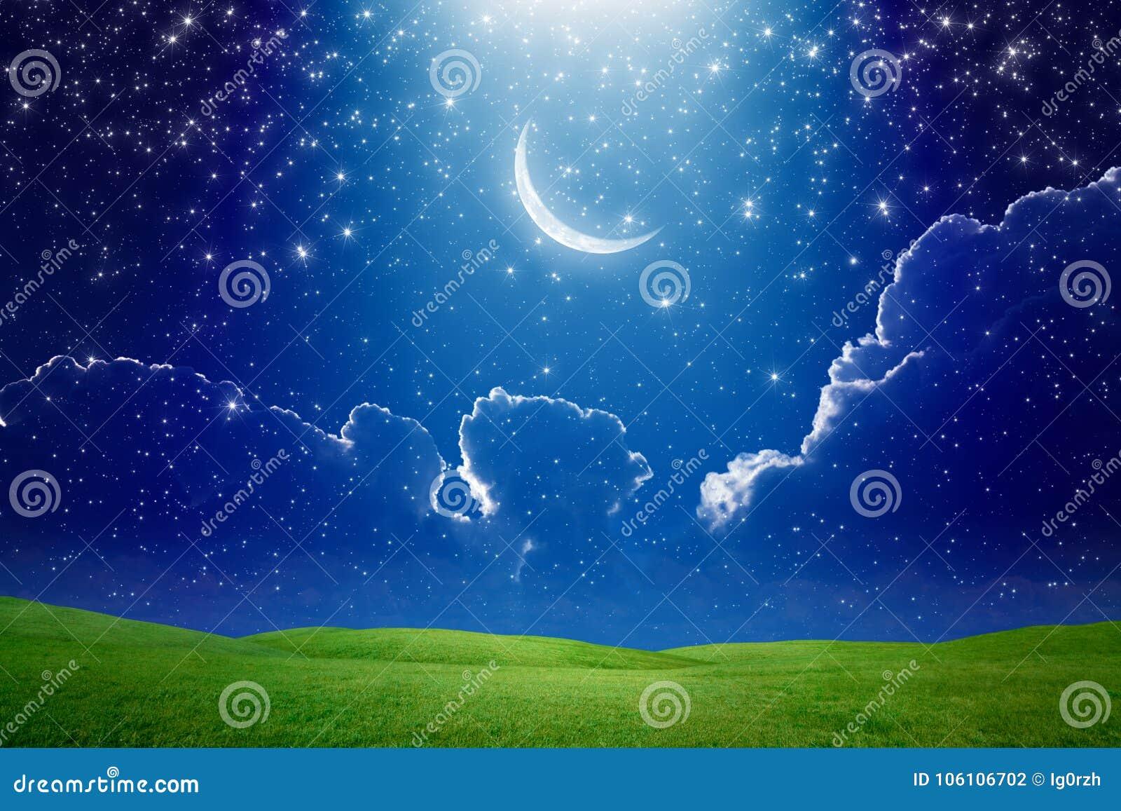 Półksiężyc księżyc w zmroku - błękitny gwiaździsty niebo, jaskrawy lekki promień od sk