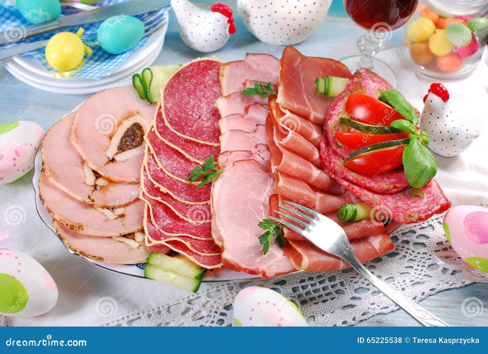Półmisek mięso, baleron i salami na zjadacza stole leczący,