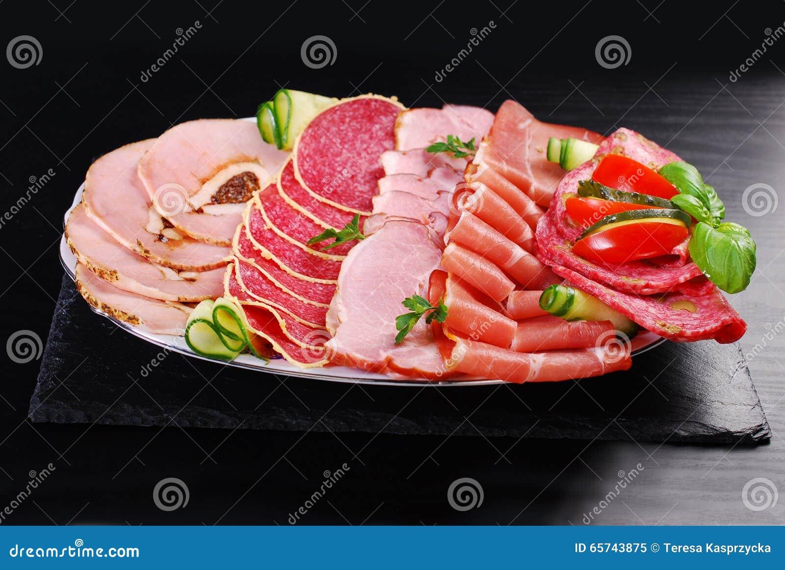 Półmisek pokrojony baleron, salami i leczący mięso,