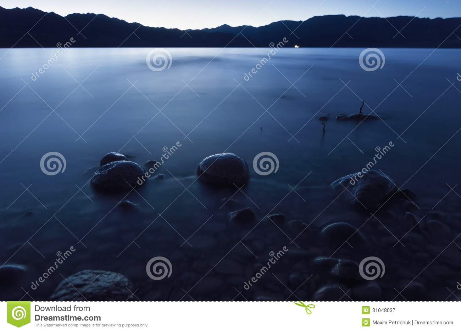 Półmrok na Bartogay jeziorze w Kazachstan