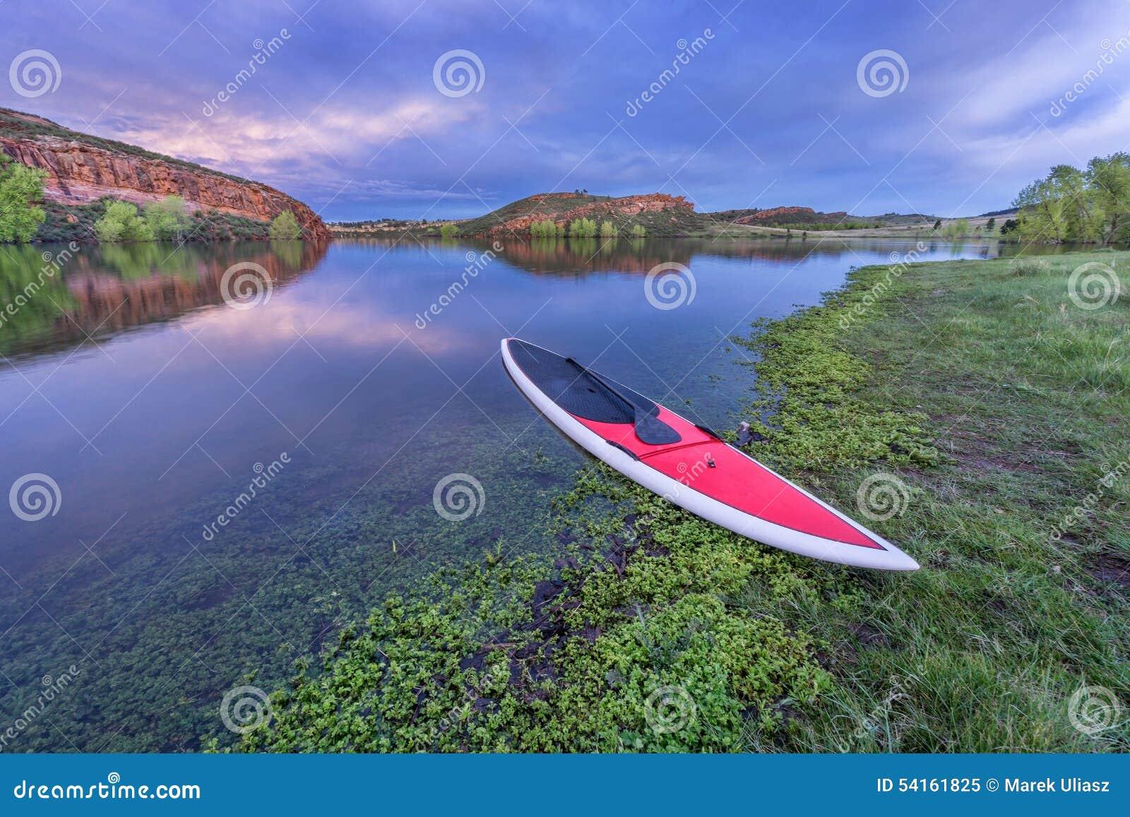 Półmrok nad jeziorem z paddleboard