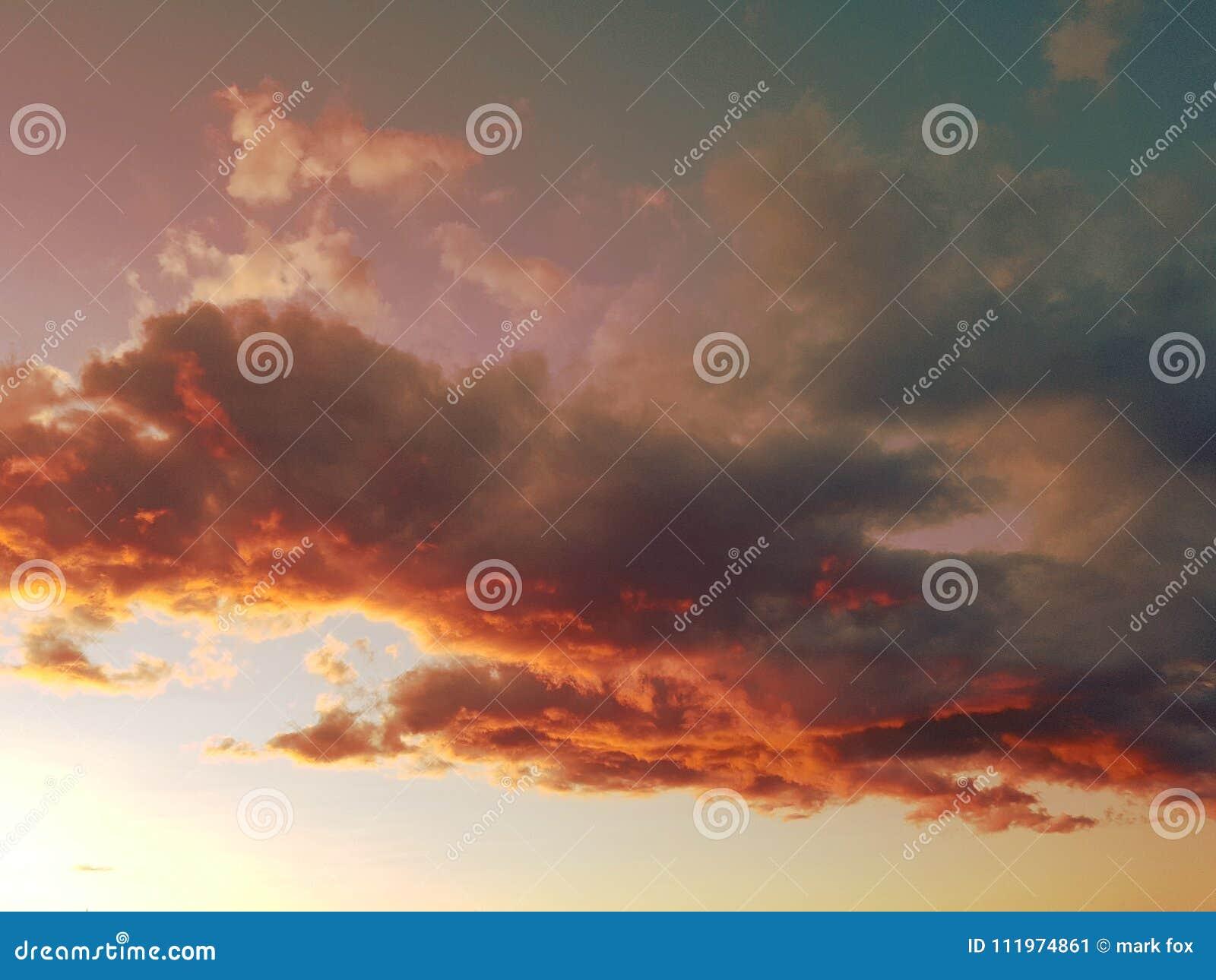 Półmrok nieba nad świętym Tropez
