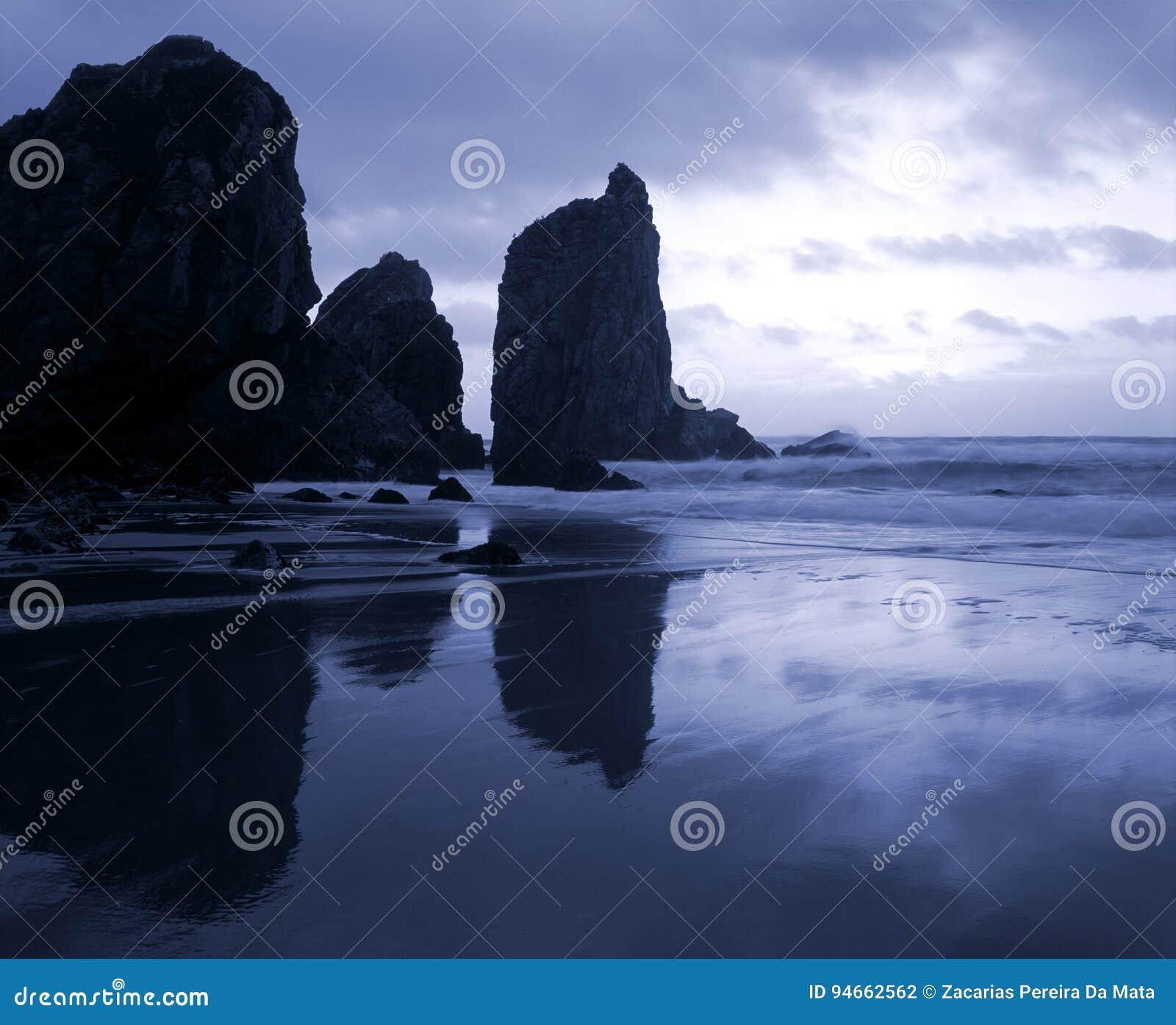 Półmrok przed burzą przy morzem