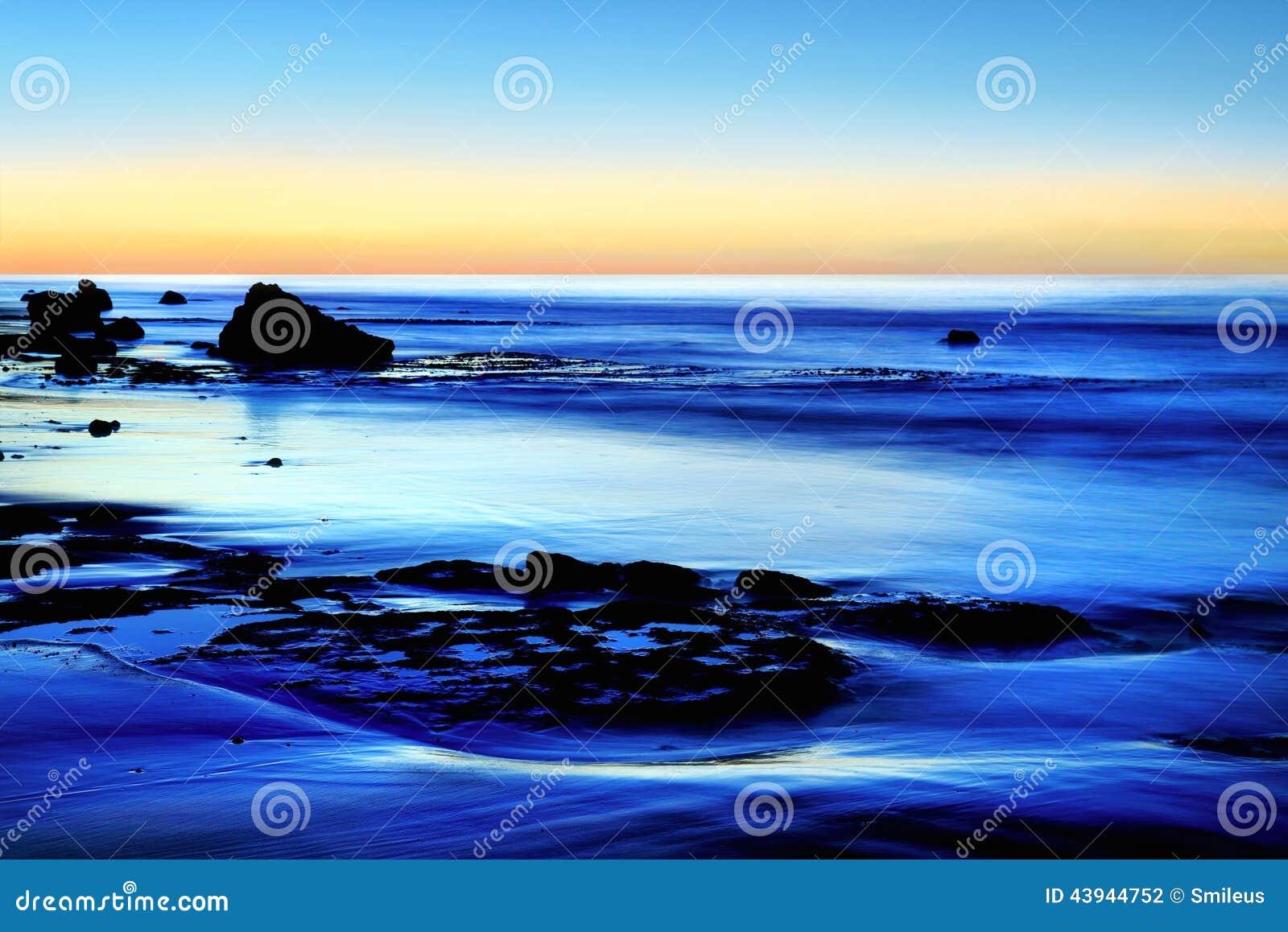 Półmrok przy błękitnym morzem