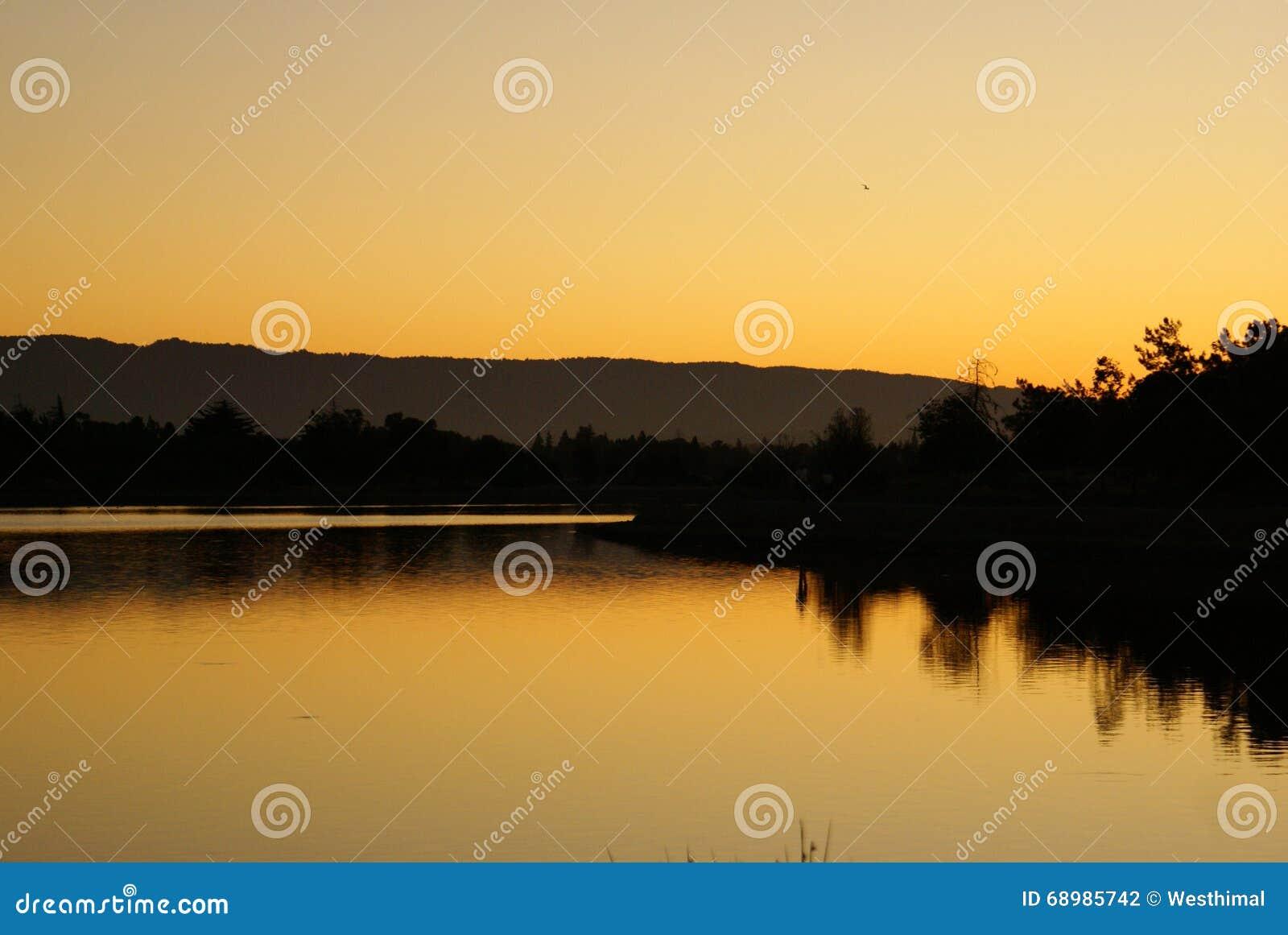 Półmrok przy Shorline Park jeziorem, Mountain View, Kalifornia,