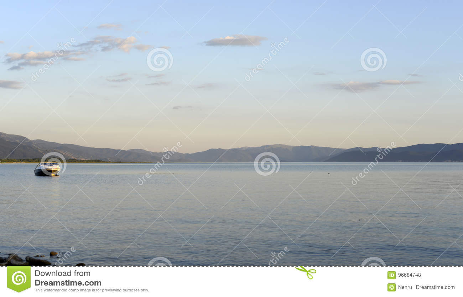 Półmrok scena nad jeziornym prespa w Macedonia,
