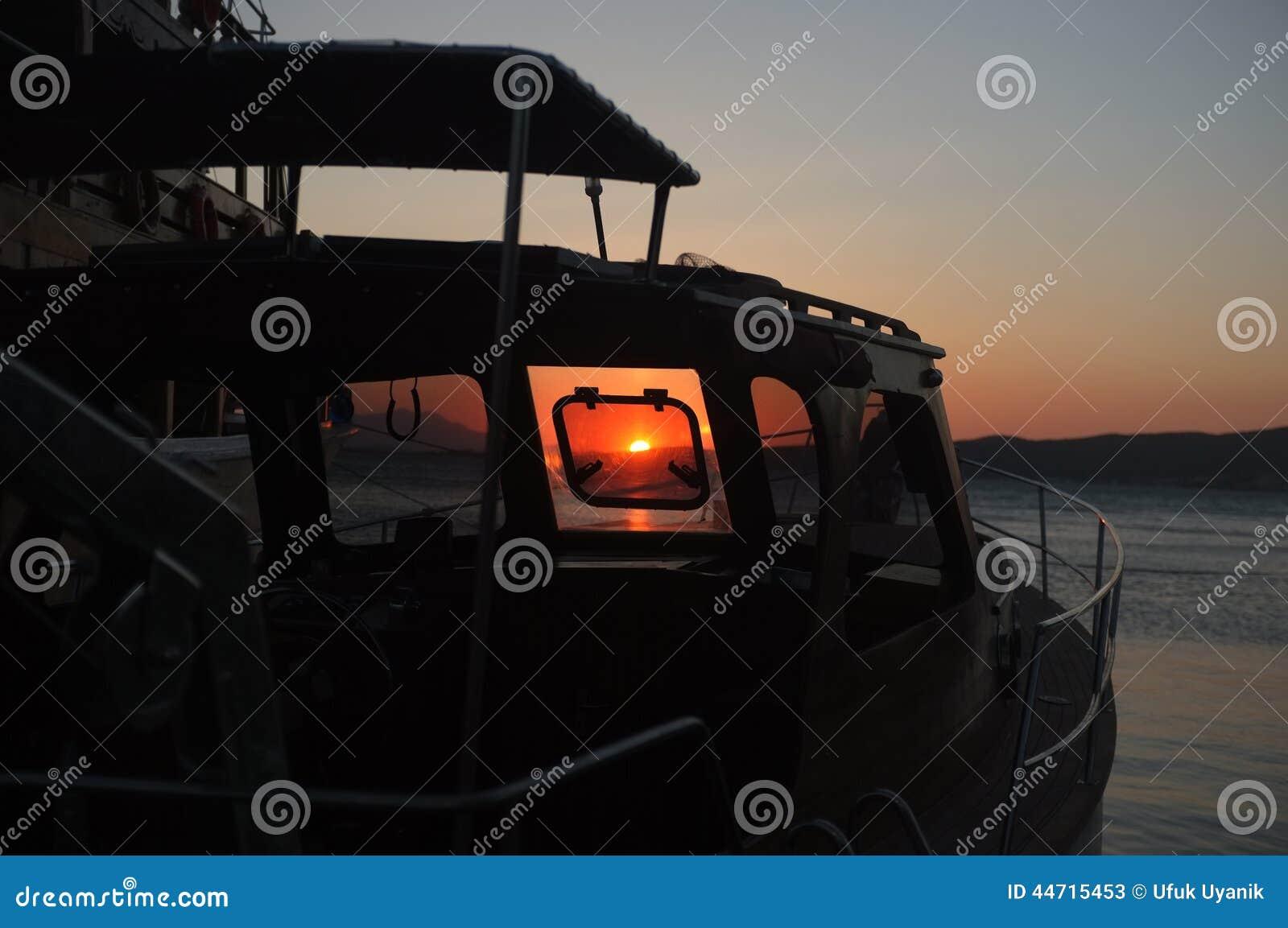 Półmrok sceneria przez łodzi