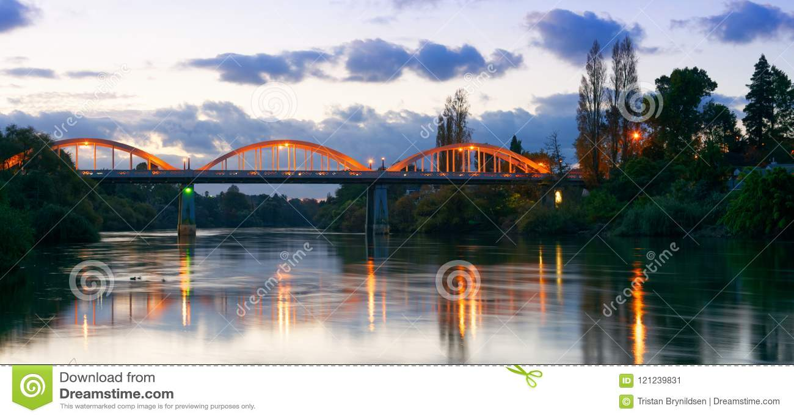Półmrok wzdłuż Waikato rzeki w Hamilton, Nowa Zelandia