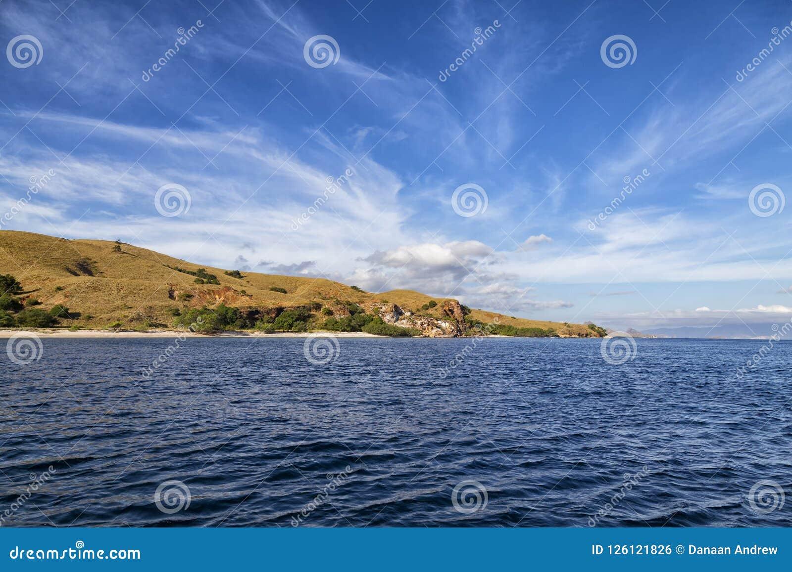 Północ plaże na Rinca wyspie