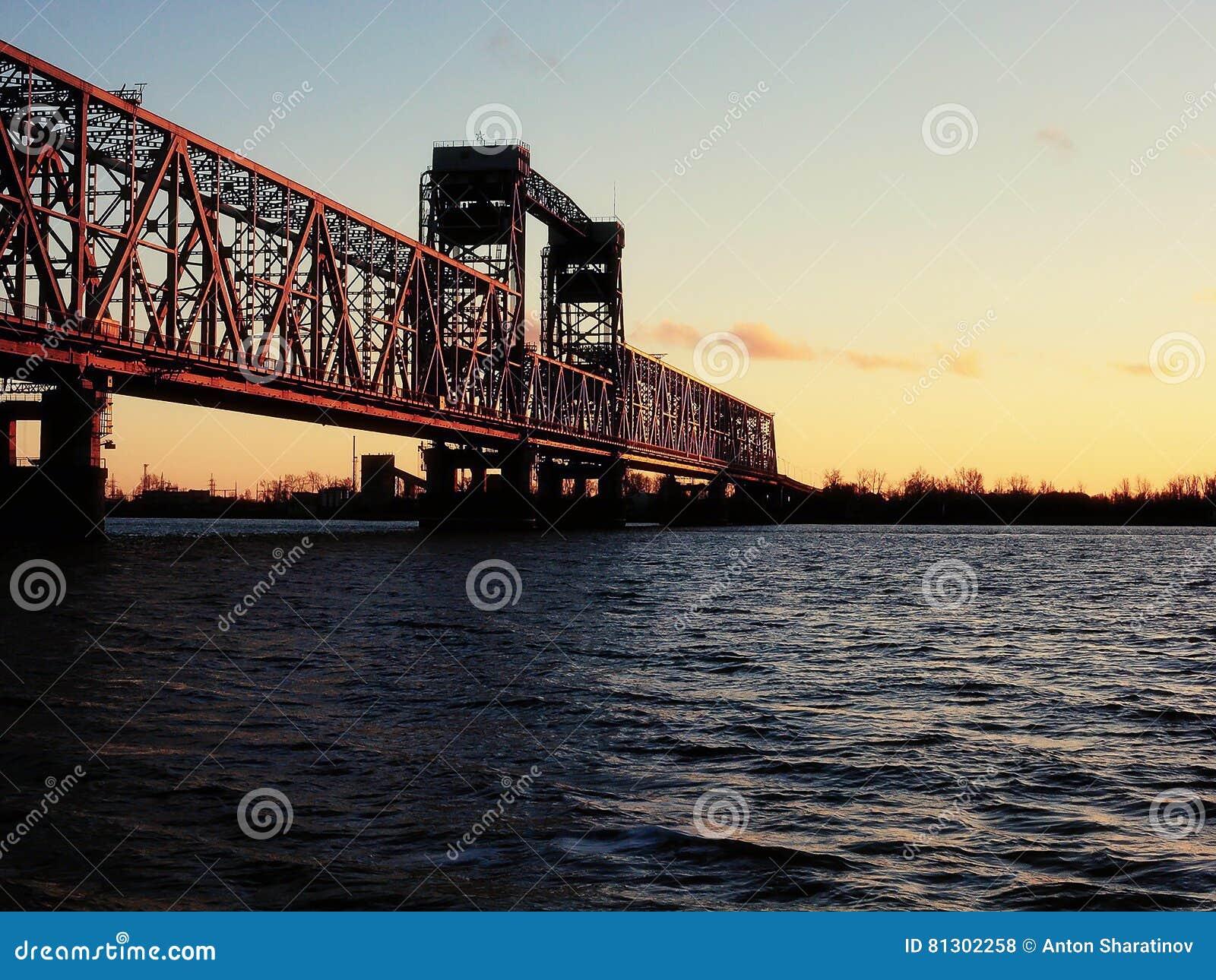 Północna Dvina rzeka - remisu most przy zmierzchem Rosja, Arkhangelsk -
