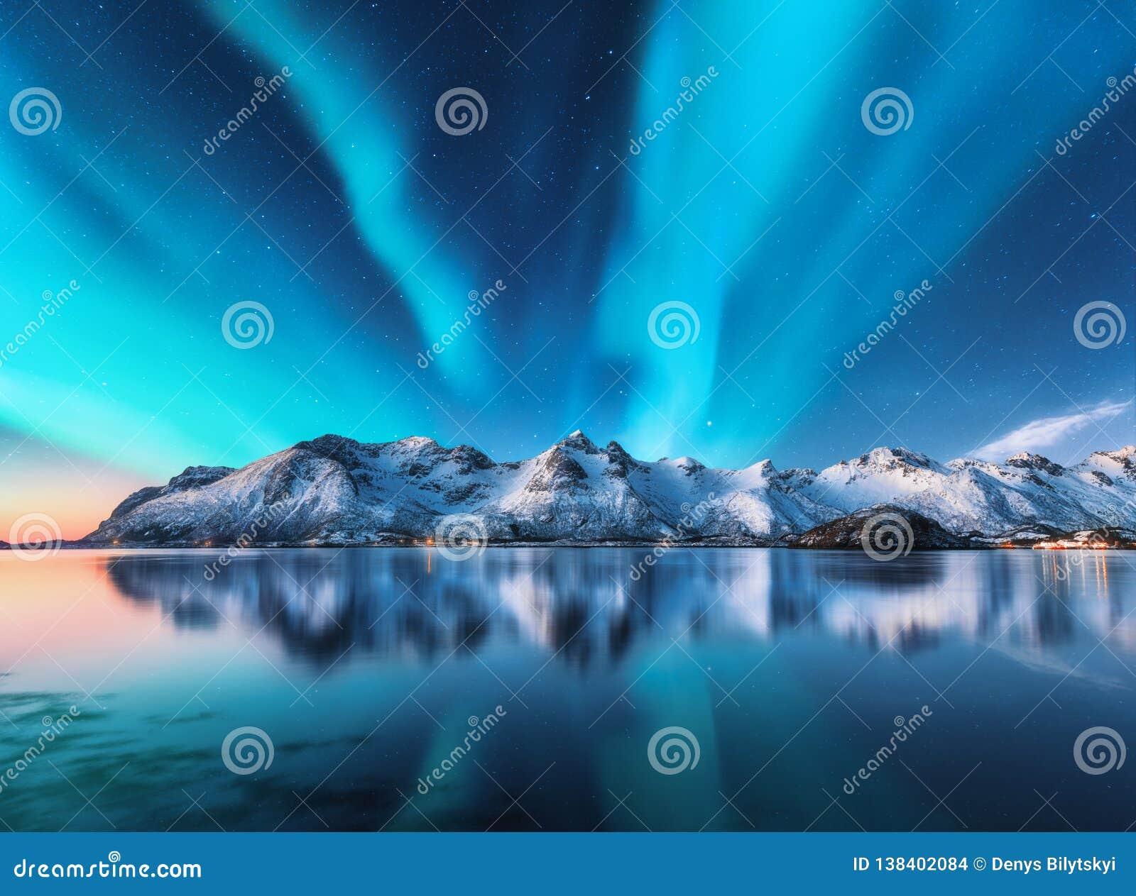 Północni światła i śnieg zakrywali góry w Lofoten wyspach