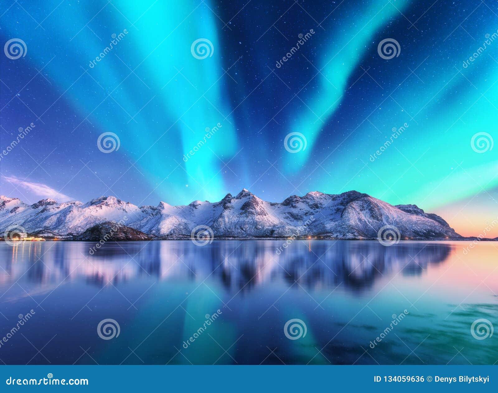 Północni światła i śnieg zakrywali góry w Lofoten wyspach, Norwegia