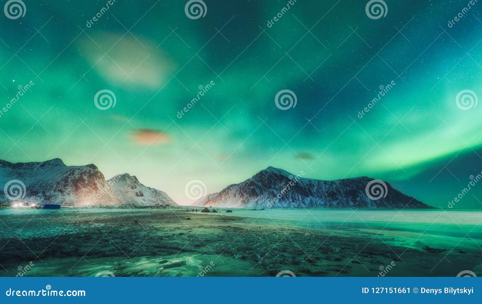Północni światła nad skały Gwiaździsty niebo z biegunowymi światłami