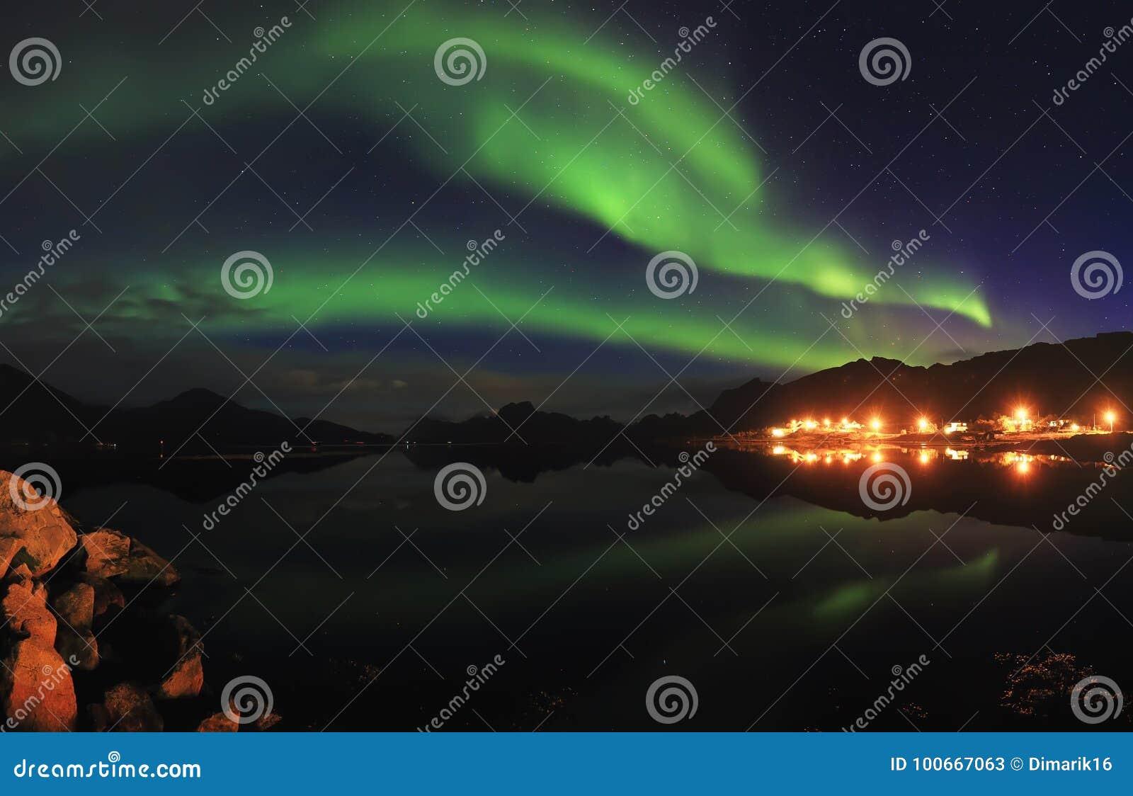 Północni światła w nocy gwiaździstym niebie