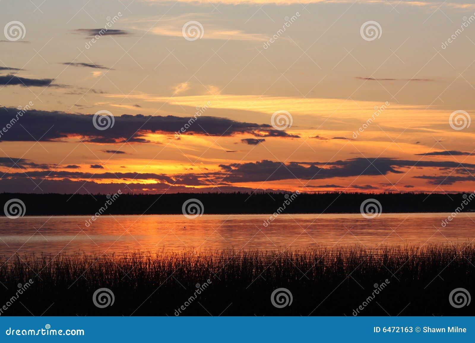 Północny zachód słońca nad jezioro