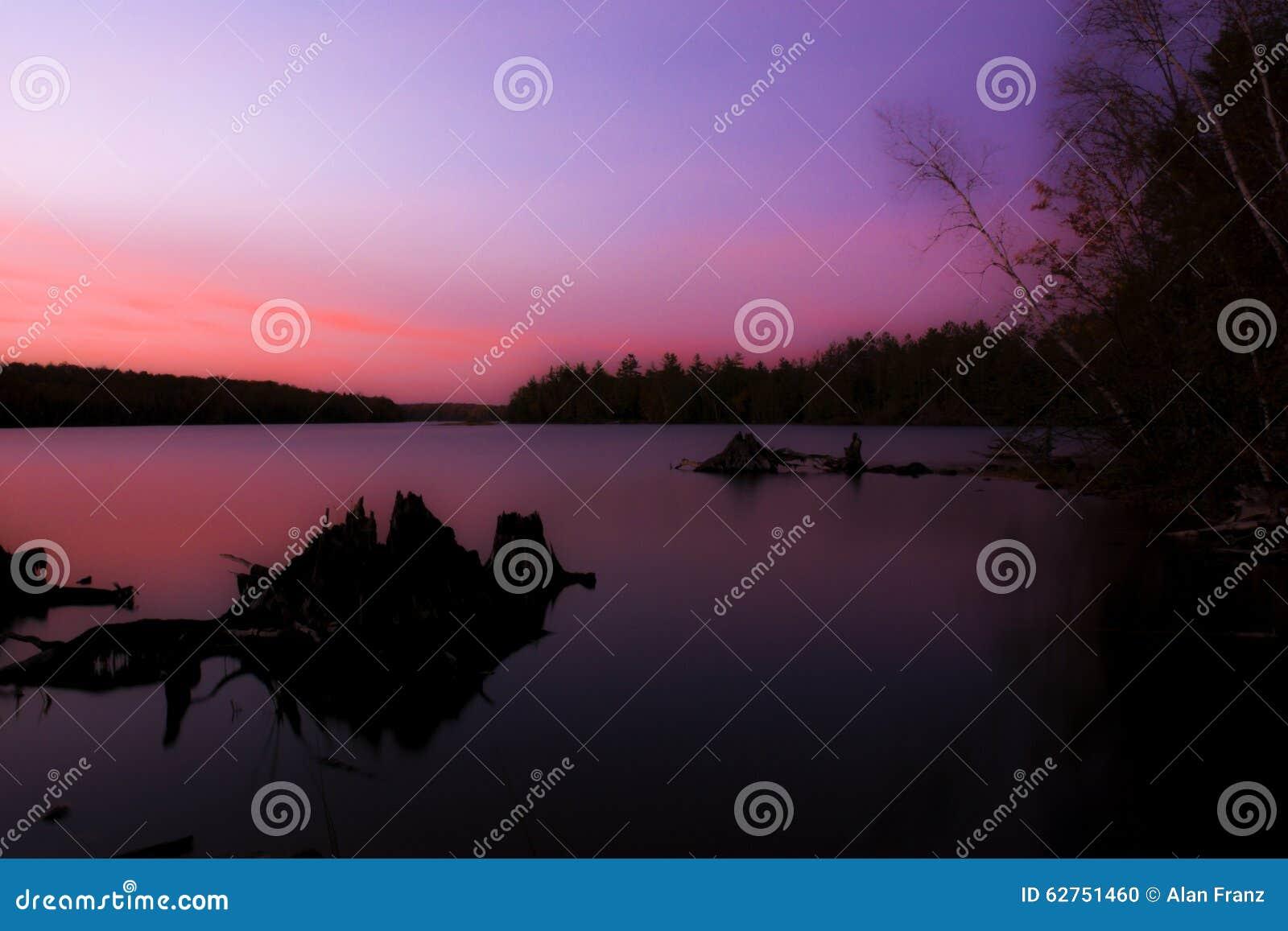 Północny zmierzch nad jeziorem
