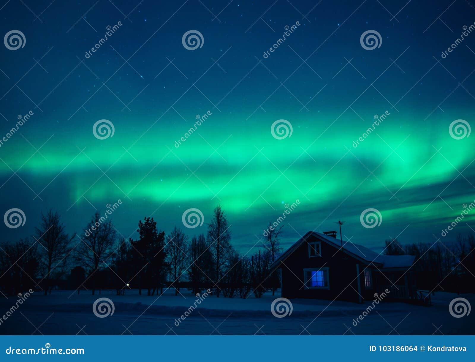 Północnych świateł zorza Borealis nad chałupą w Lapland wiosce Finlandia