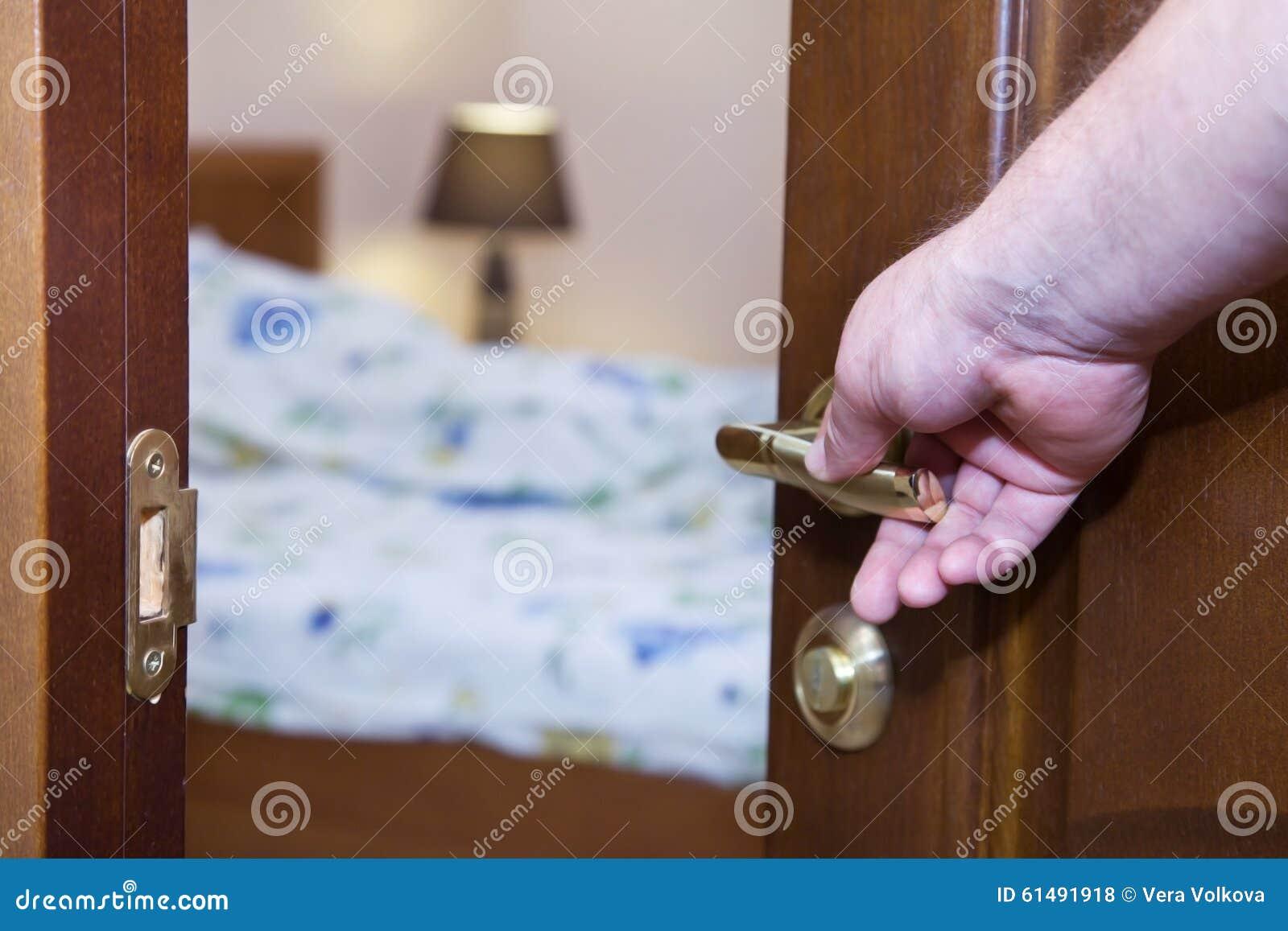 Półotwarty drzwi z ręką