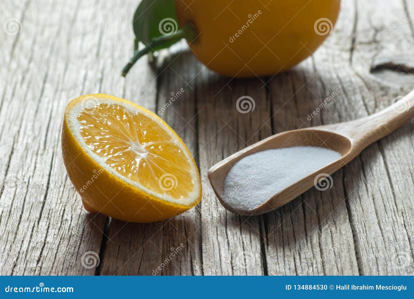 Pó do limão e do carbonato ou bicarbonato de sódio na tabela de madeira, medicina alternativa, líquido de limpeza orgânico