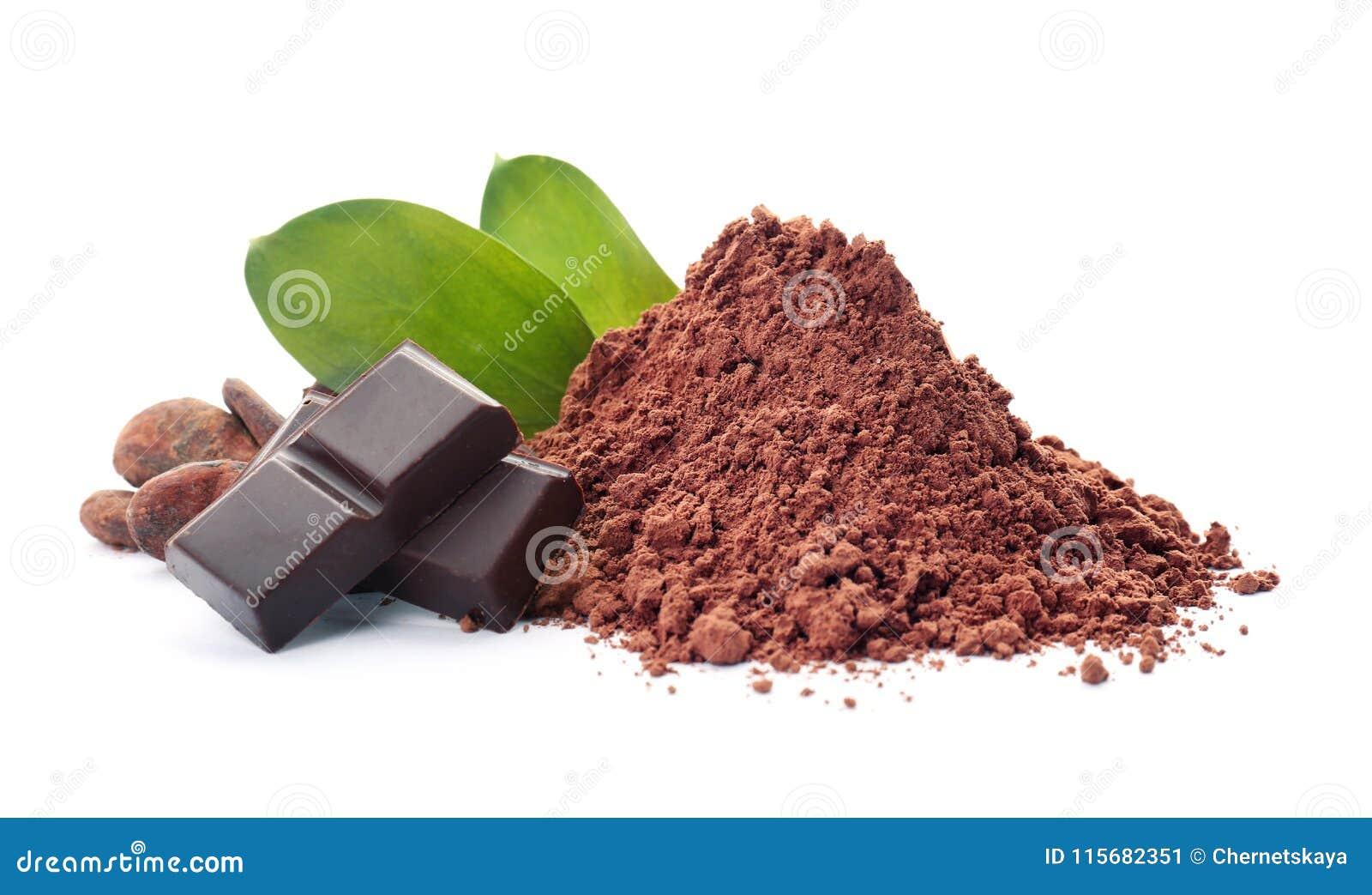 Pó, feijões e partes de cacau de chocolate
