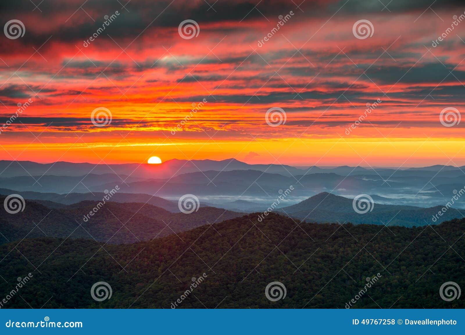 Pólnocna Karolina grani Parkway jesieni wschodu słońca Błękitne góry