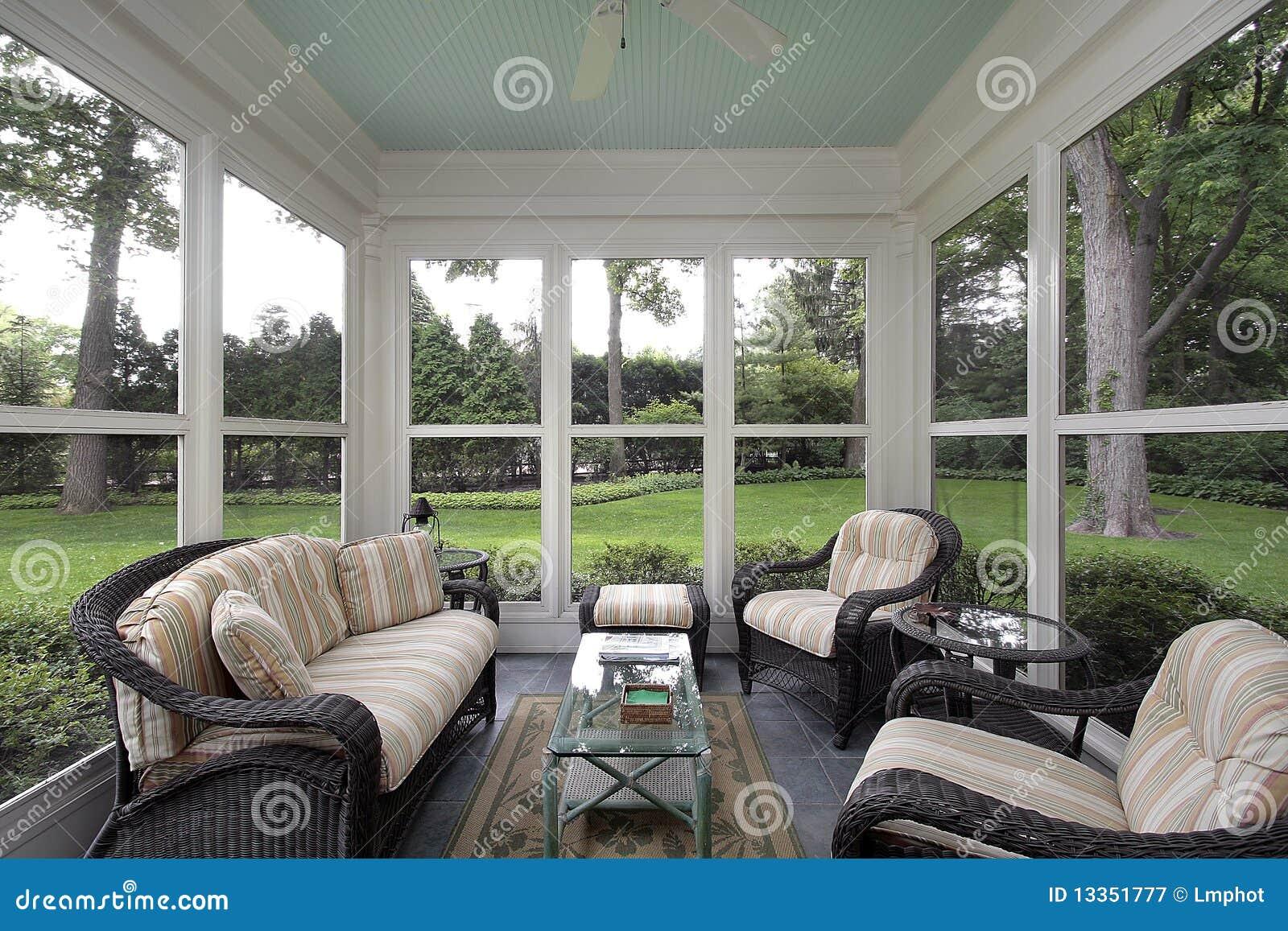 P rtico con muebles de mimbre fotograf a de archivo libre de regal as imagen 13351777 - Muebles portico ...