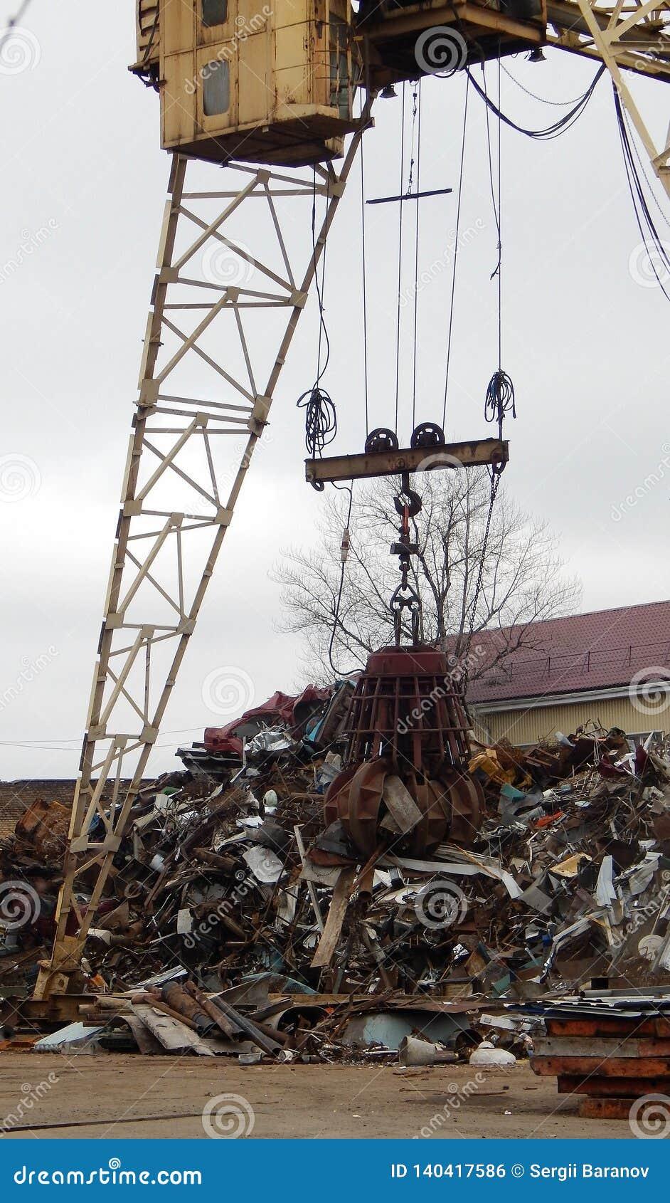 Pórtico Crane Grabber Loading Scrap Metal en el depósito de chatarra