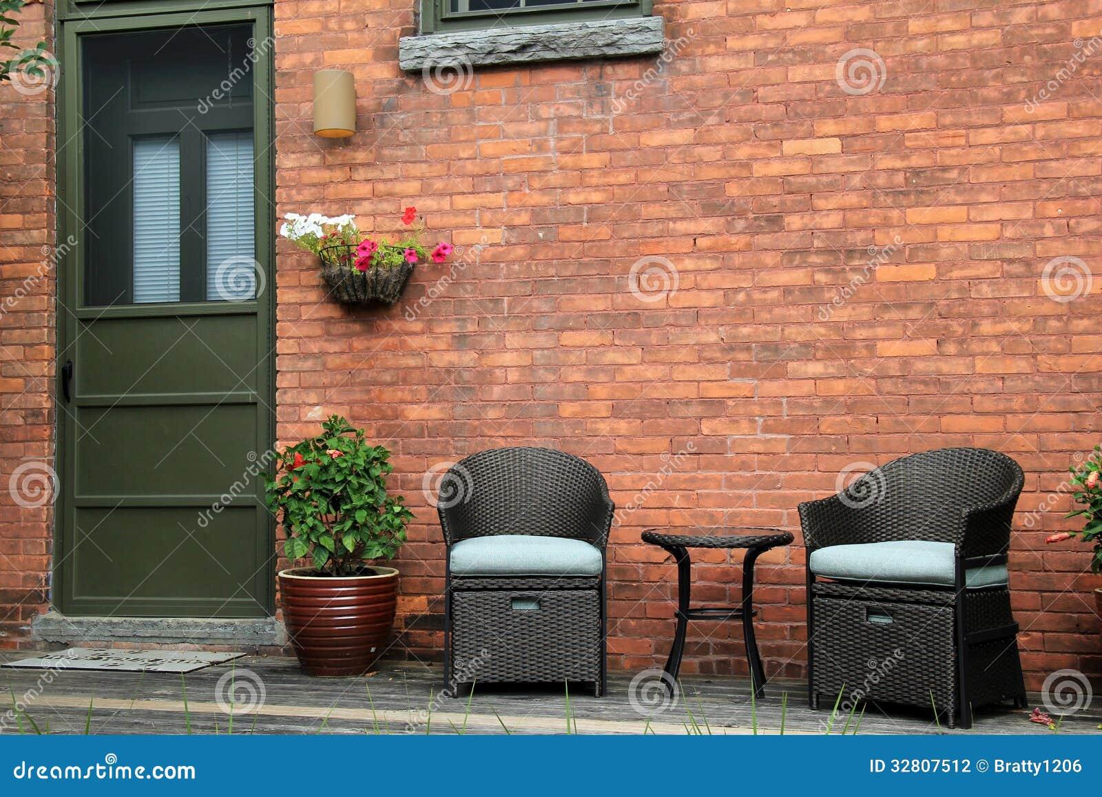 Pórtico De Madera Atractivo Con Muebles Al Aire Libre Del Viejo ...