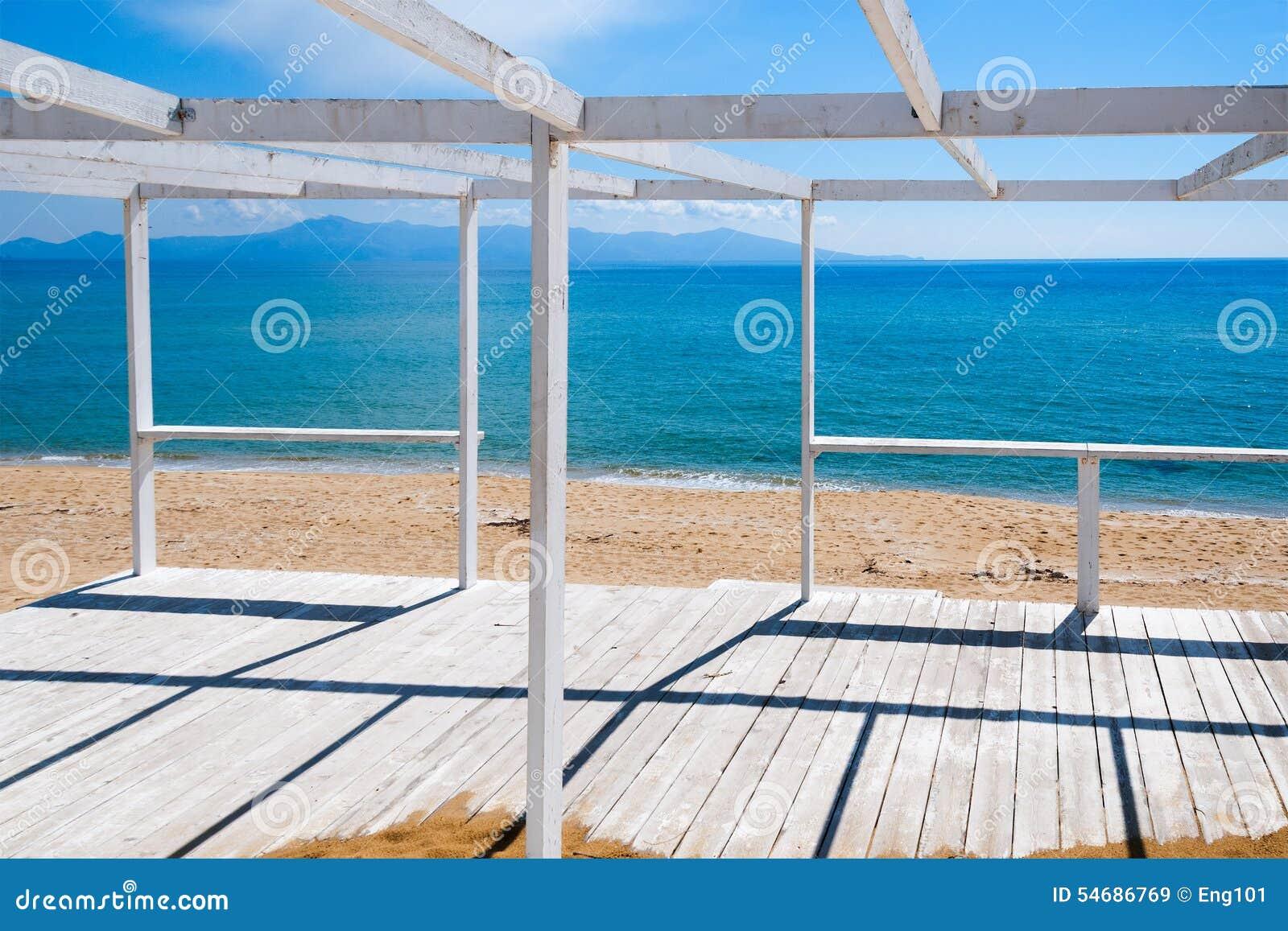 Pórtico De Madera En Una Playa Imagen de archivo - Imagen de viga ...