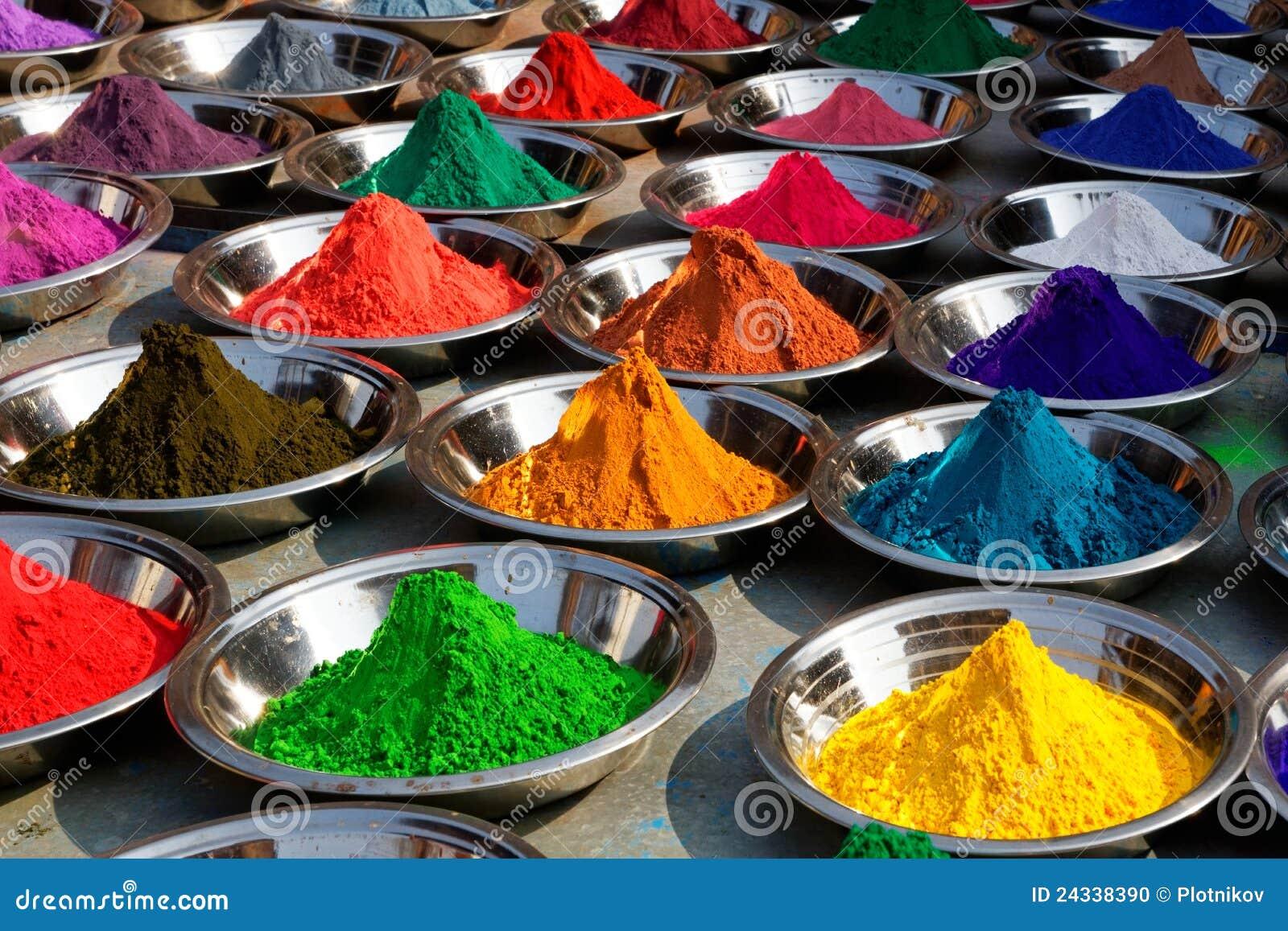 Pós coloridos do tika no mercado de Orcha, India