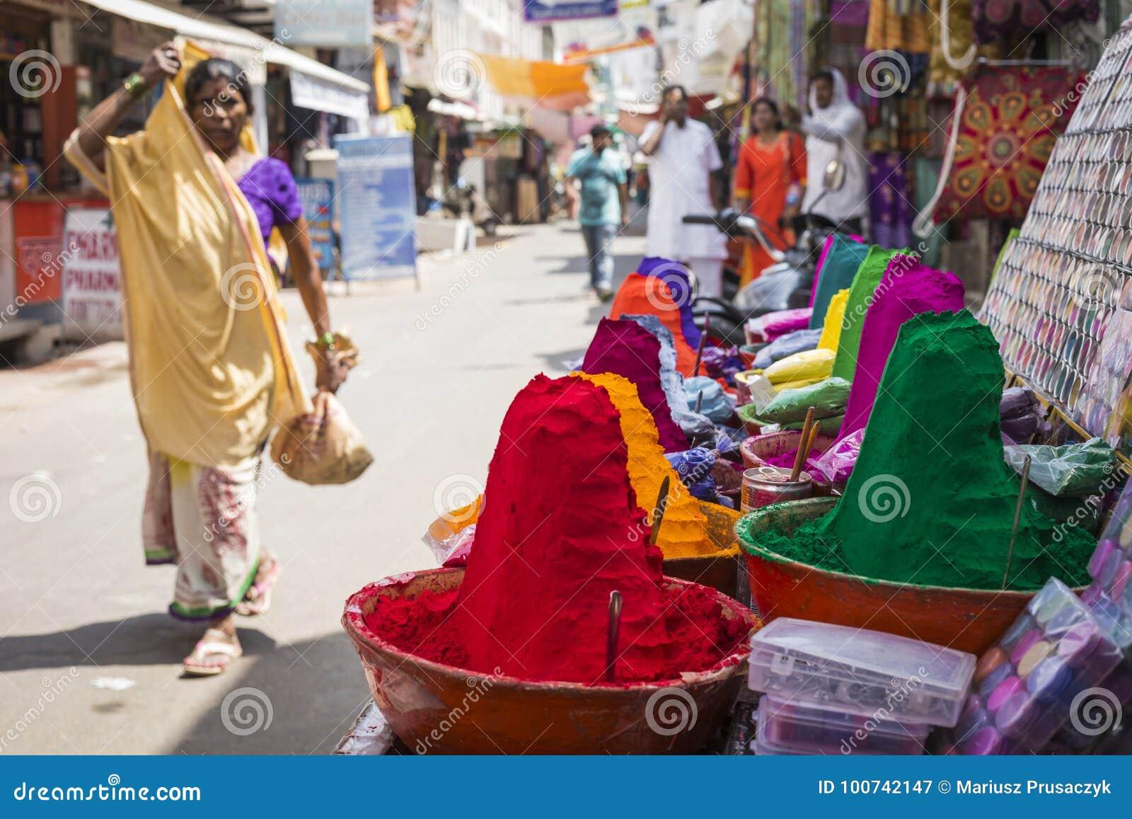 Pós coloridos do tika no mercado indiano, Índia, Ásia