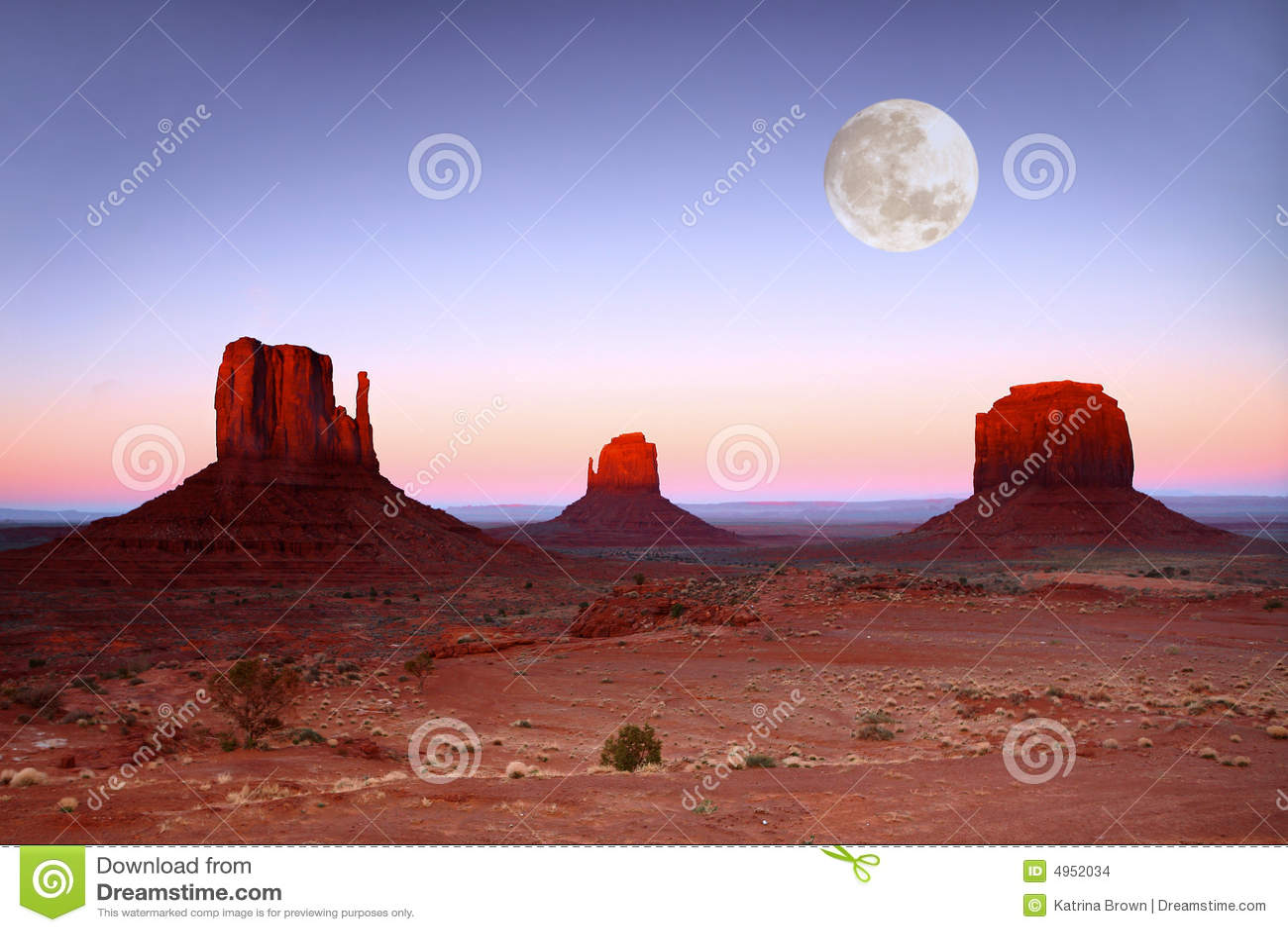 Pôr-do-sol nos Buttes no vale o Arizona do monumento