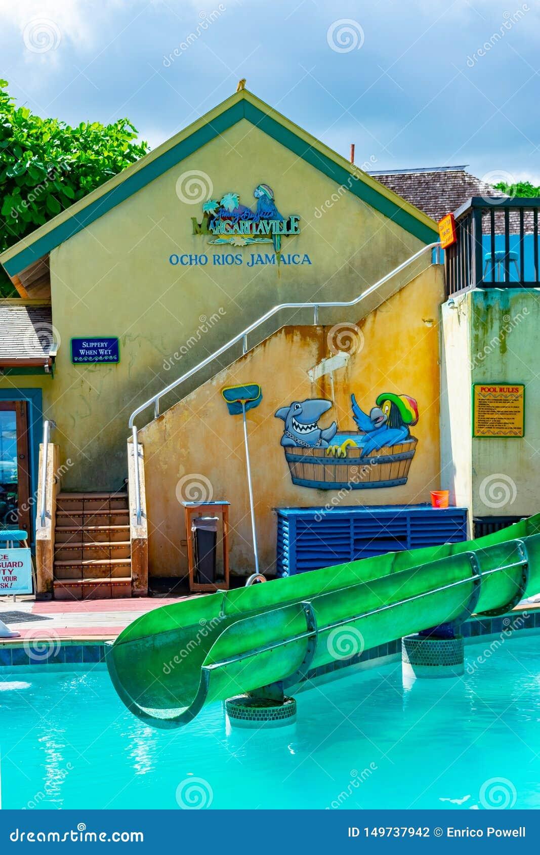 Pöl- och waterslideavsnittet inom Margaritaville Ocho Rio de Janeiro vid stranden nära kryssningen shoppar port i St Ann, Jamaica