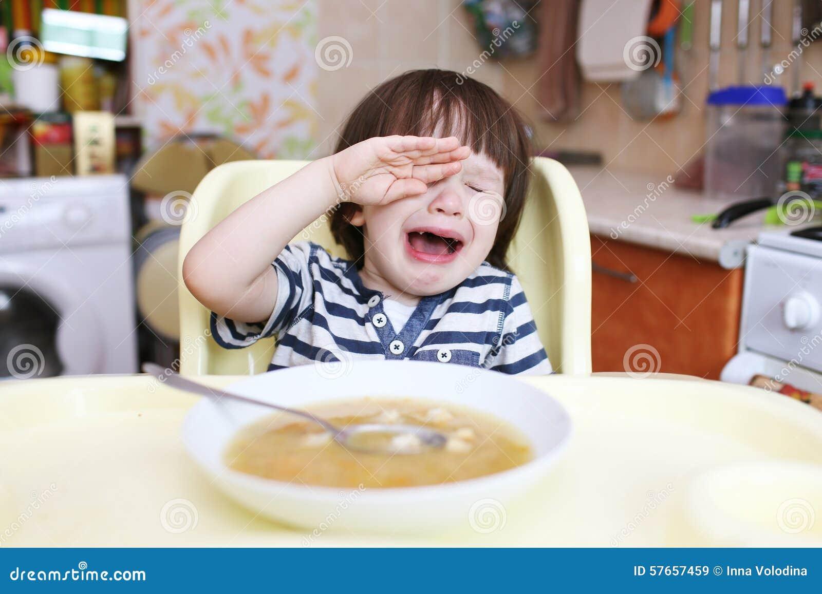 Płacz chłopiec no chce jeść grochową polewkę w domu