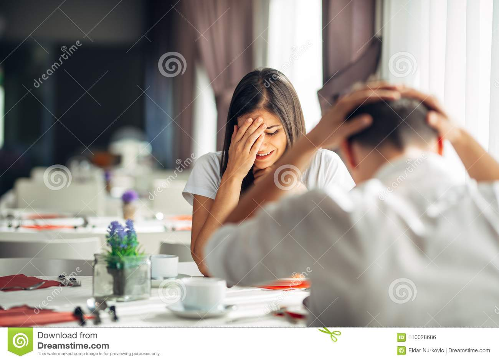 Płakać zaakcentowanego kobiety argumentowanie z mężczyzna o problemach Reakcja negatywny wydarzenie, obchodzi się złą wiadomość Ł