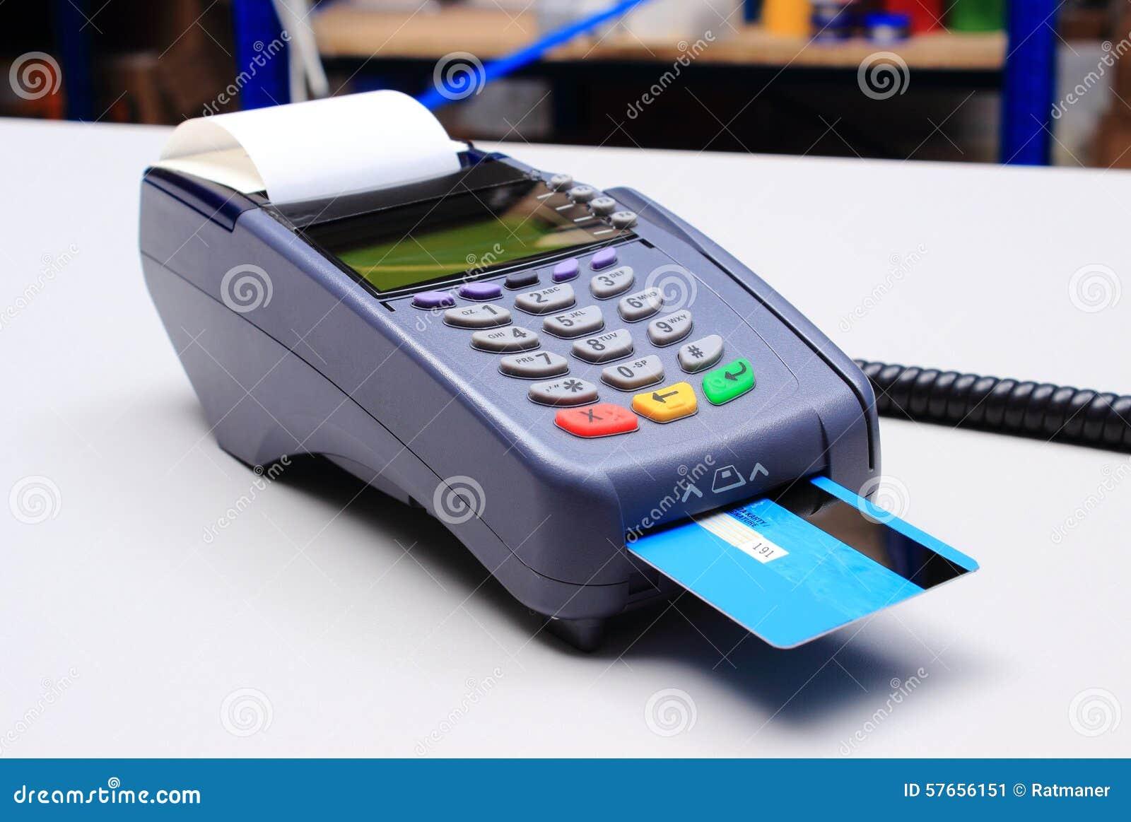 Płatniczy terminal z kredytową kartą na biurku w sklepie