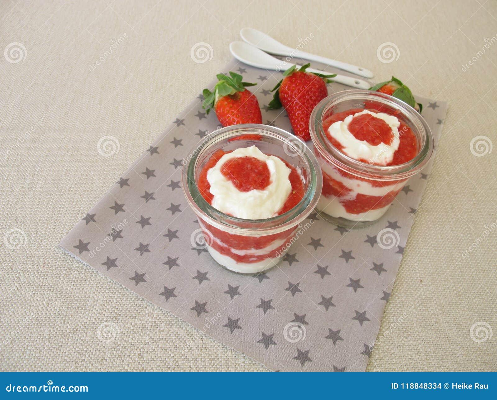 Płatowaty deser z truskawkami i curd serem