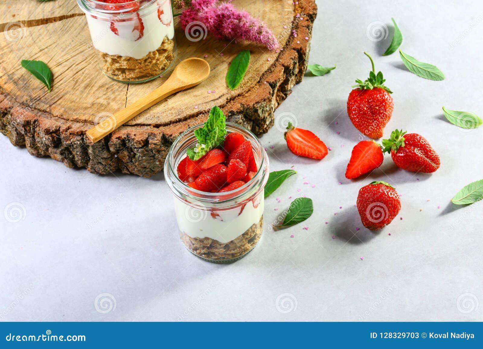 Płatowaty deser z truskawkami, tortem i kremowym serem na drewnianym tle, kopii przestrzeń Autentyczny stylu życia wizerunek
