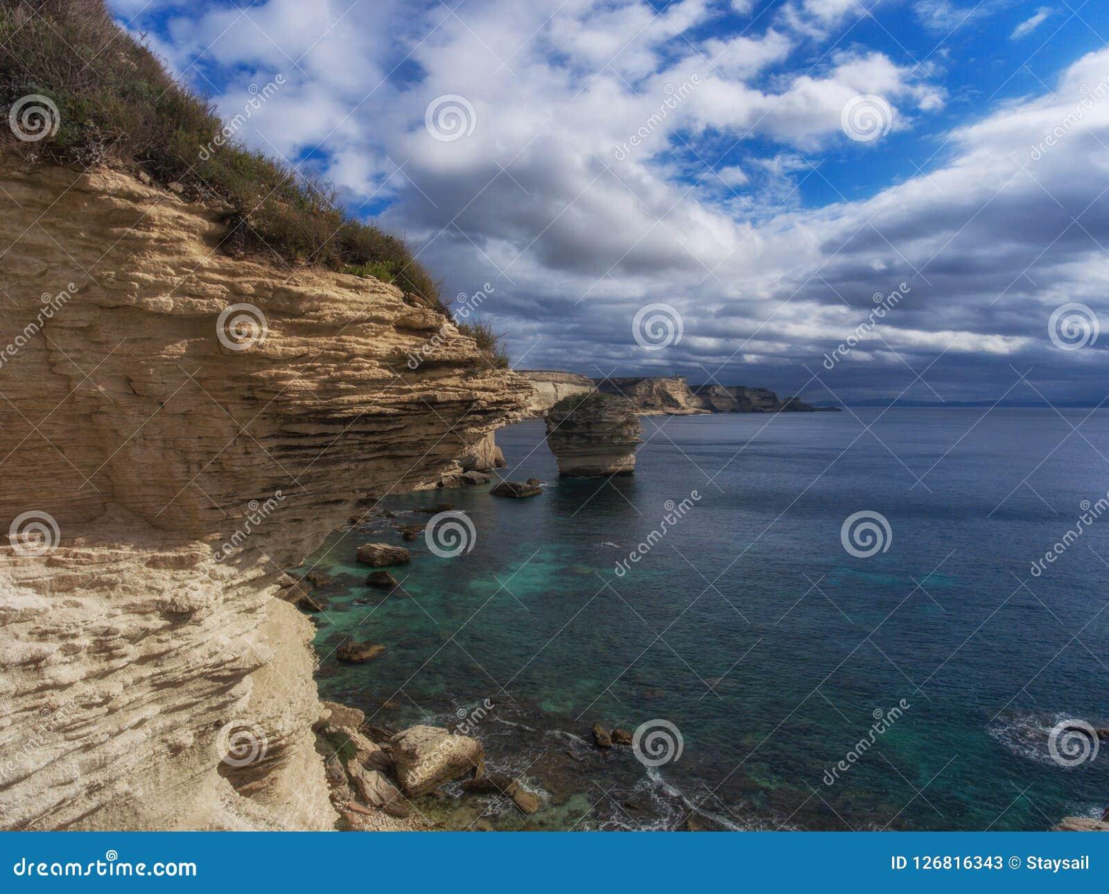 Płatowaty kawałek rockowy sterczenie nad morze