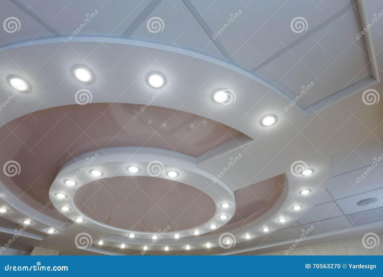 Płatowaty sufit z wbitymi światłami i nadużytą sufit intarsją