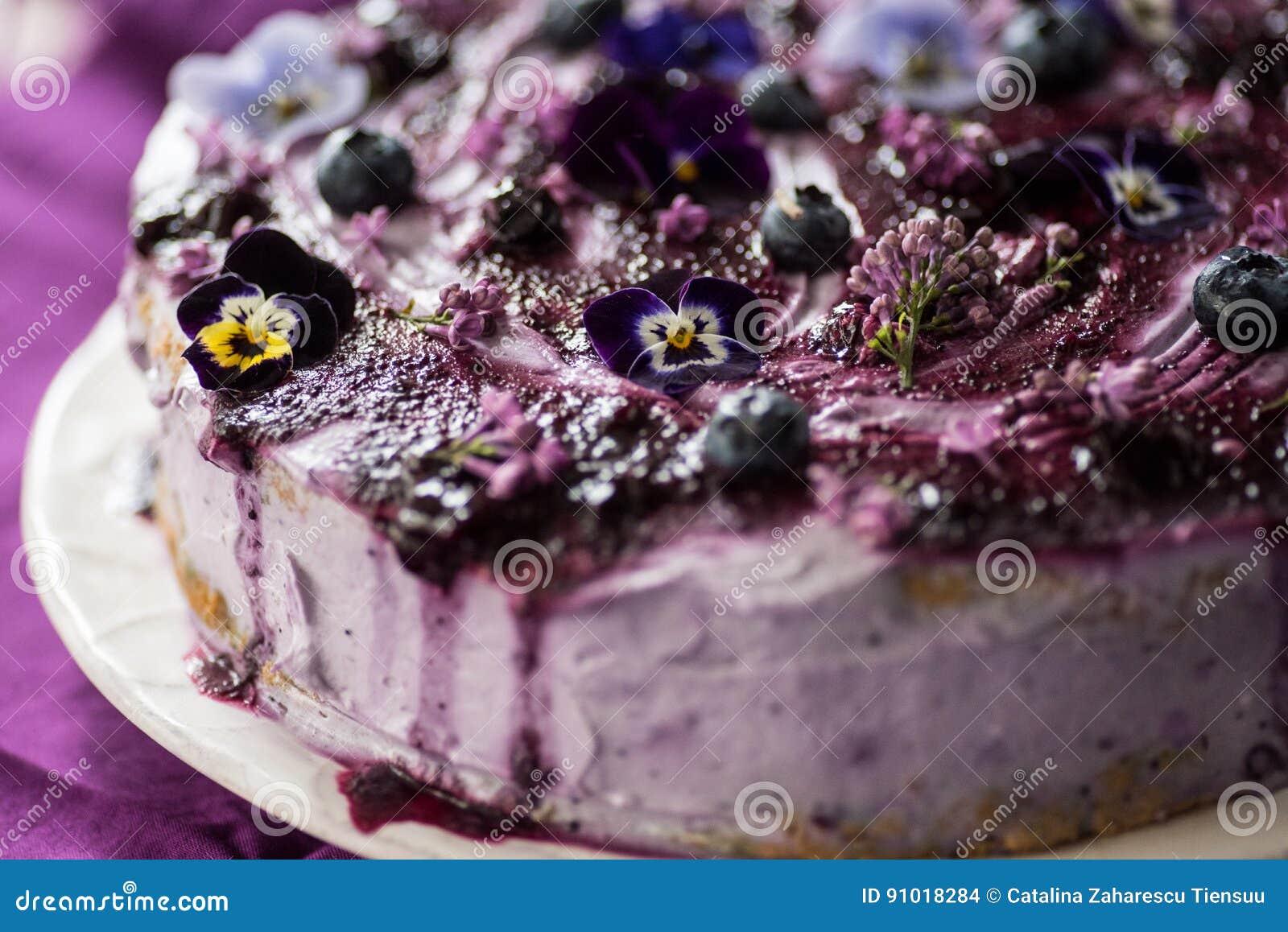 Płatowaty tort z czarnymi jagodami i bzem