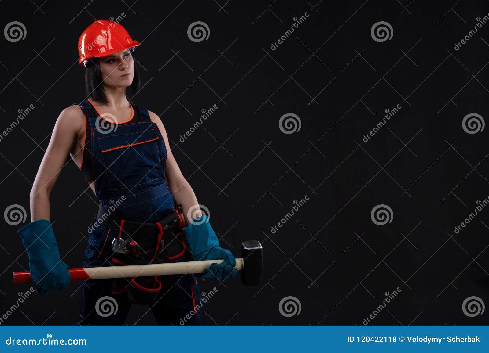 Płeć feminizm i równość Seksowna dziewczyna w zbawczego hełma mienia młota narzędziu Atrakcyjny kobiety działanie jako pracownik