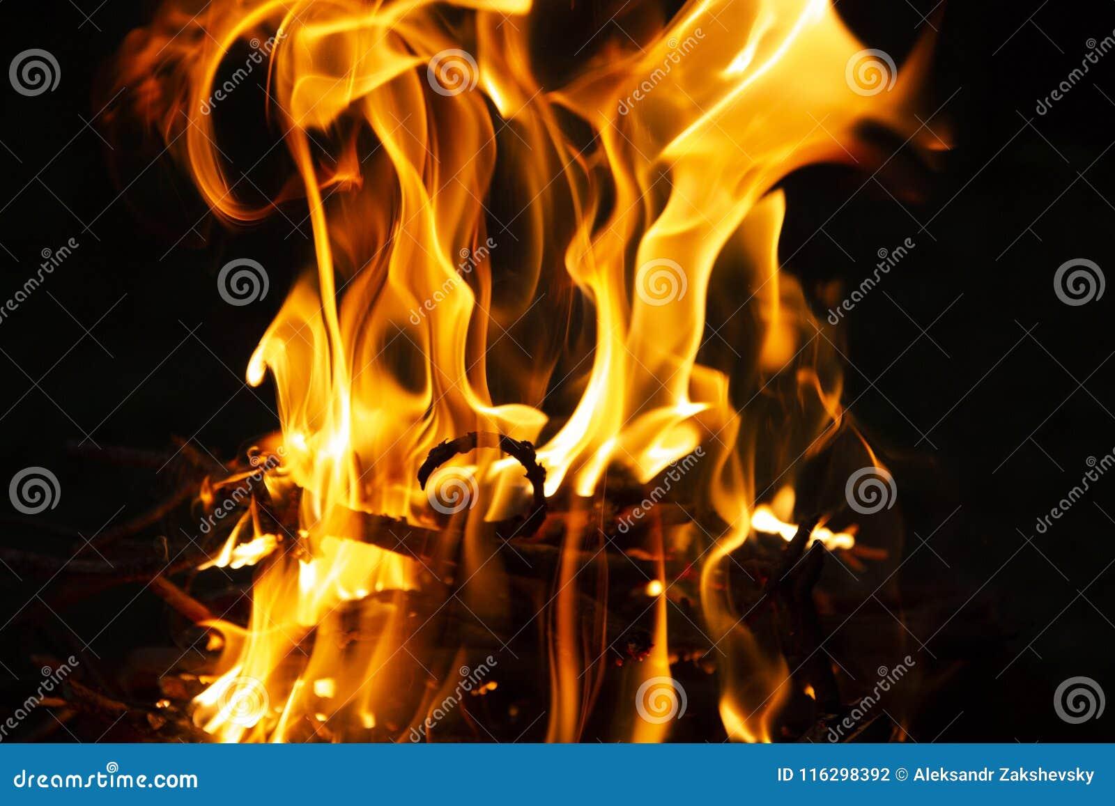 Płomień ogień na ciemnej nocy
