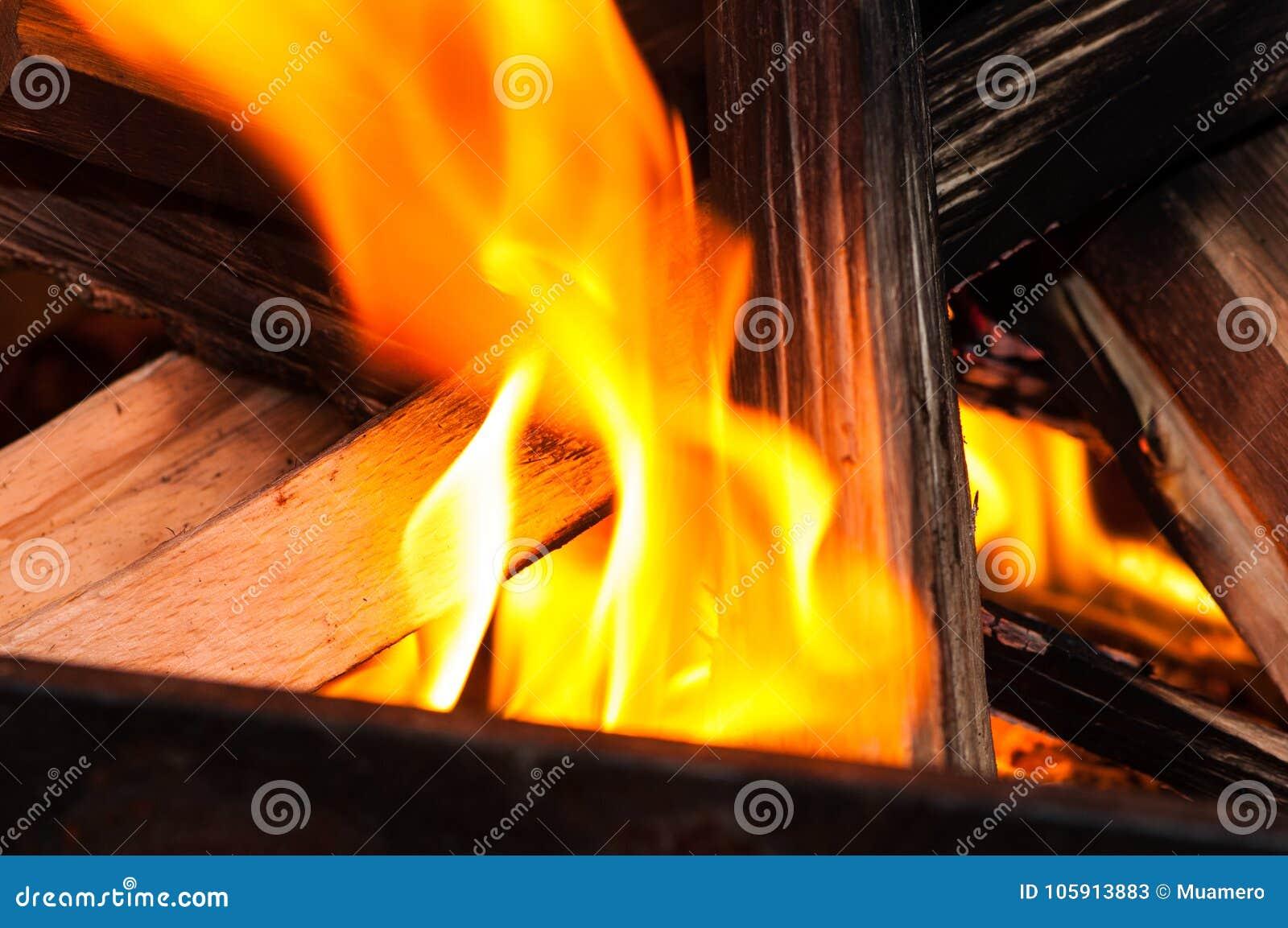 Płomień pożera drewno kije