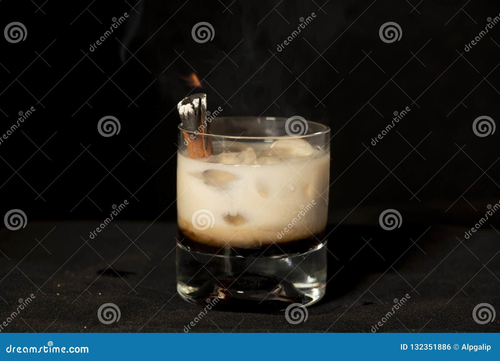Płomienny Cynamonowy koktajl z kahlua, baileys irlandzką śmietanką i sambuca,