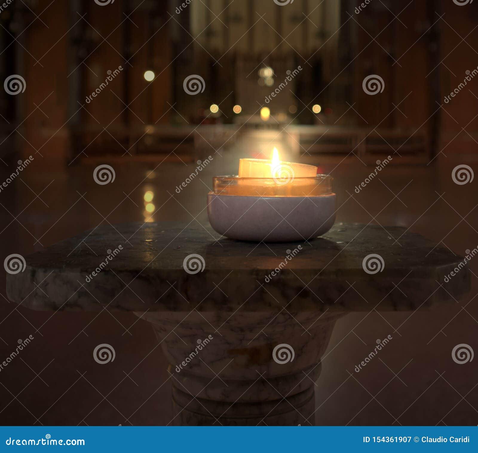 Płonąca świeczka w kościół w Bologna W?ochy