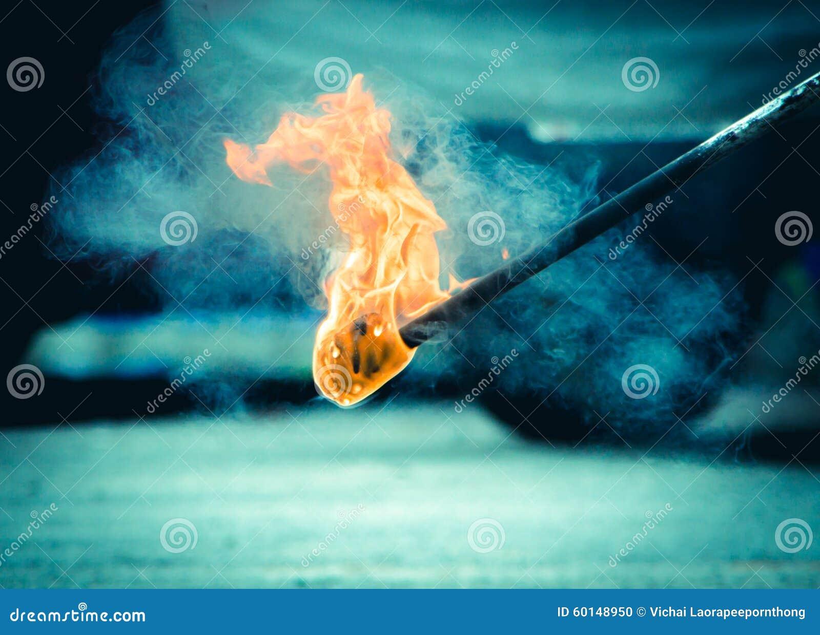 Płonąca pochodnia w nocy