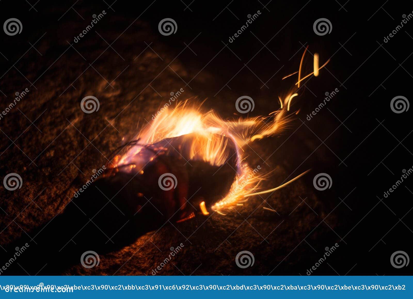 Płonąca pochodnia w zimnej zimie