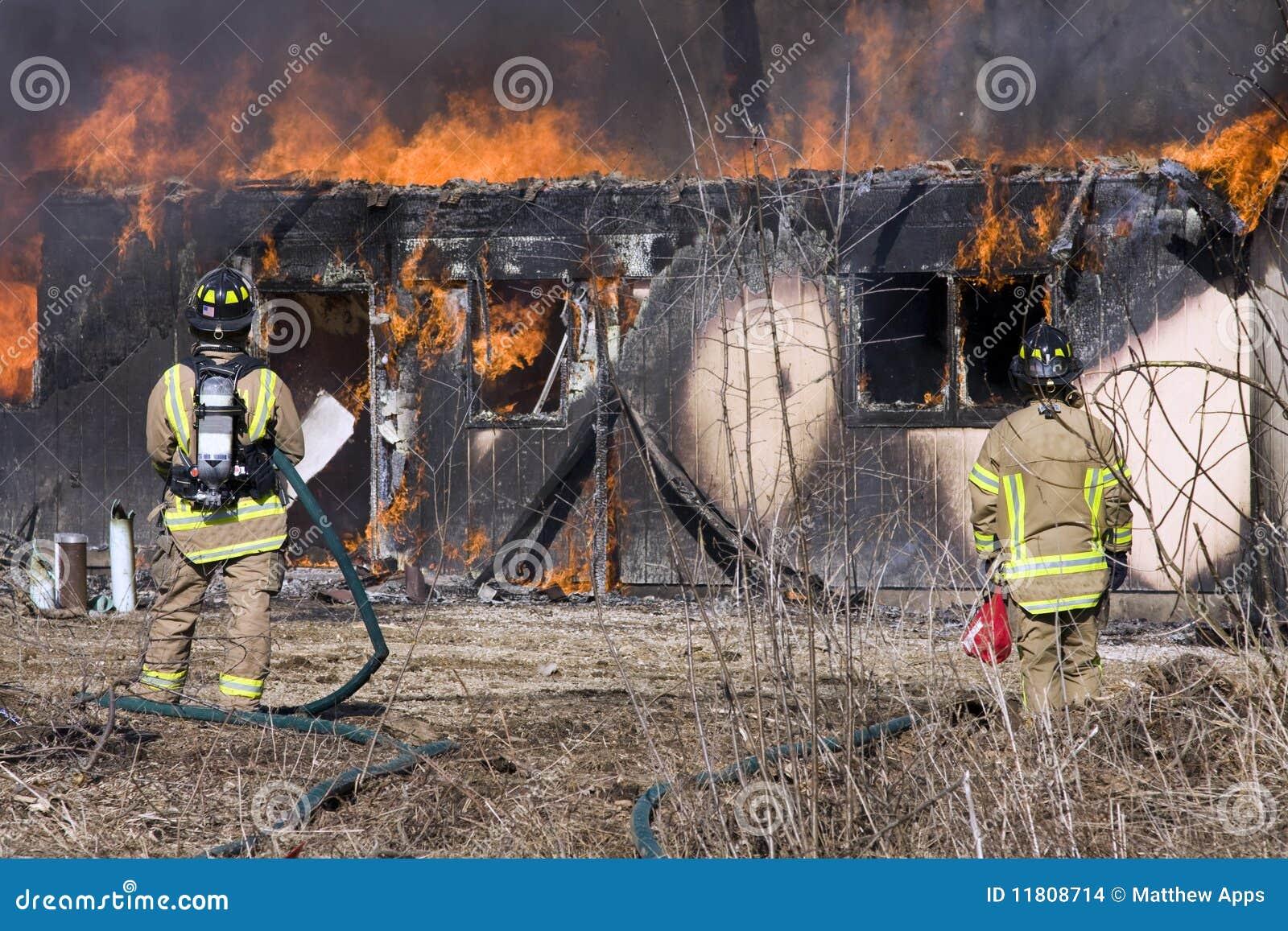 Płonąca strażaków przodu domu pozycja