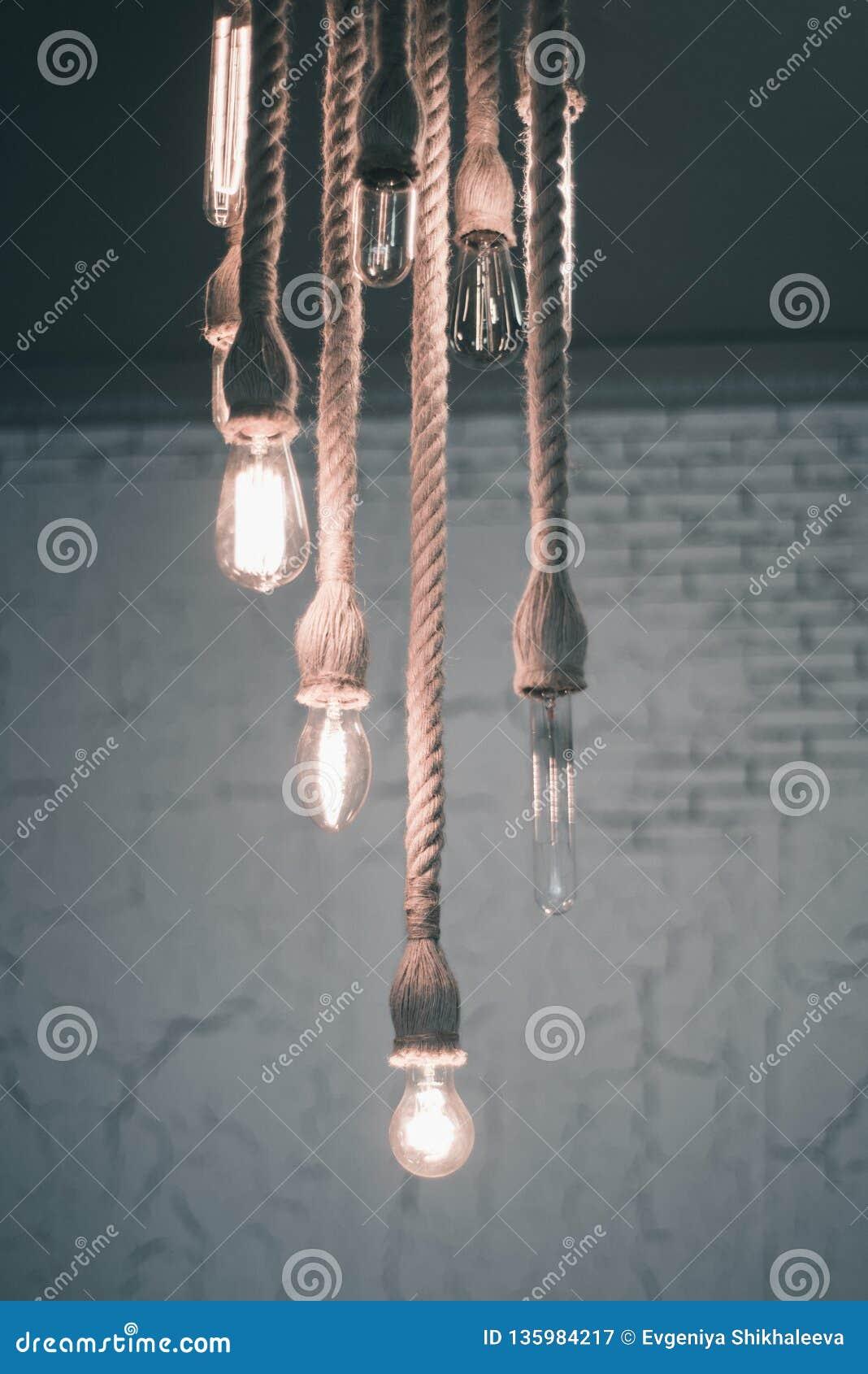Płonące lampy na nicielnicy obwieszeniu na suficie